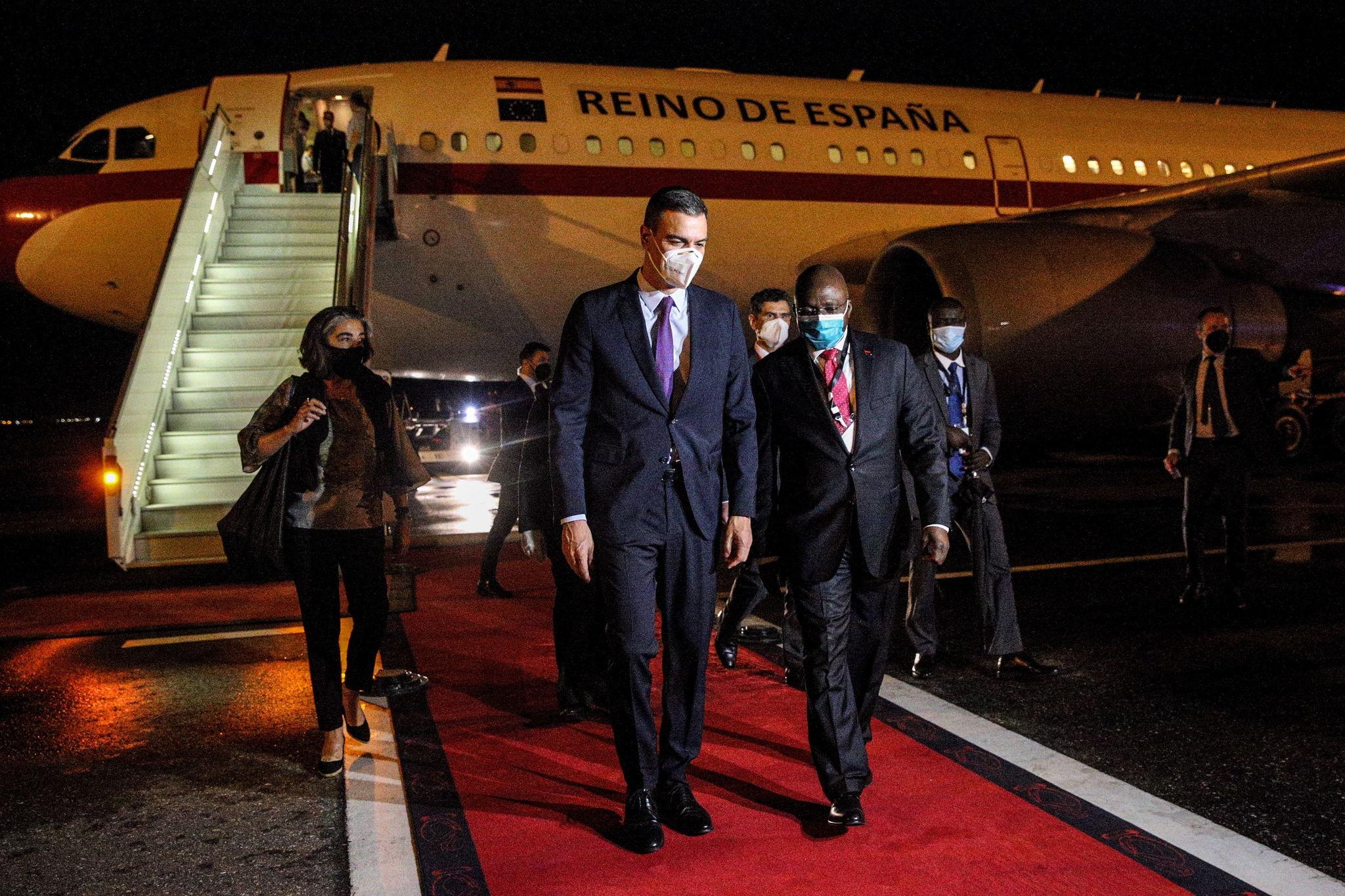 Pedro Sánchez, este miércoles, a su llegada al aerpuerto de Luanda (Angola).