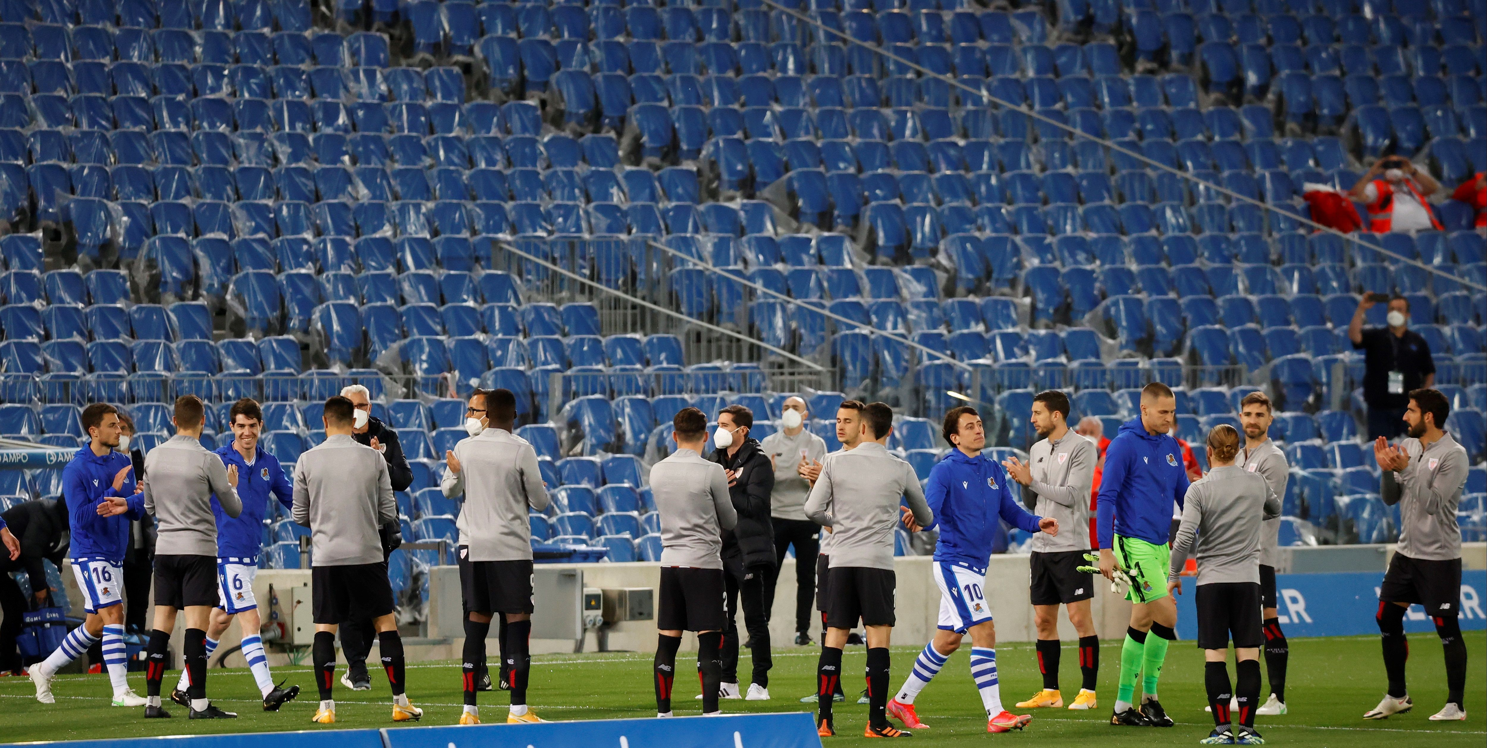 Los jugadores del Athletic hacen pasillo a los de la Real por la Copa.