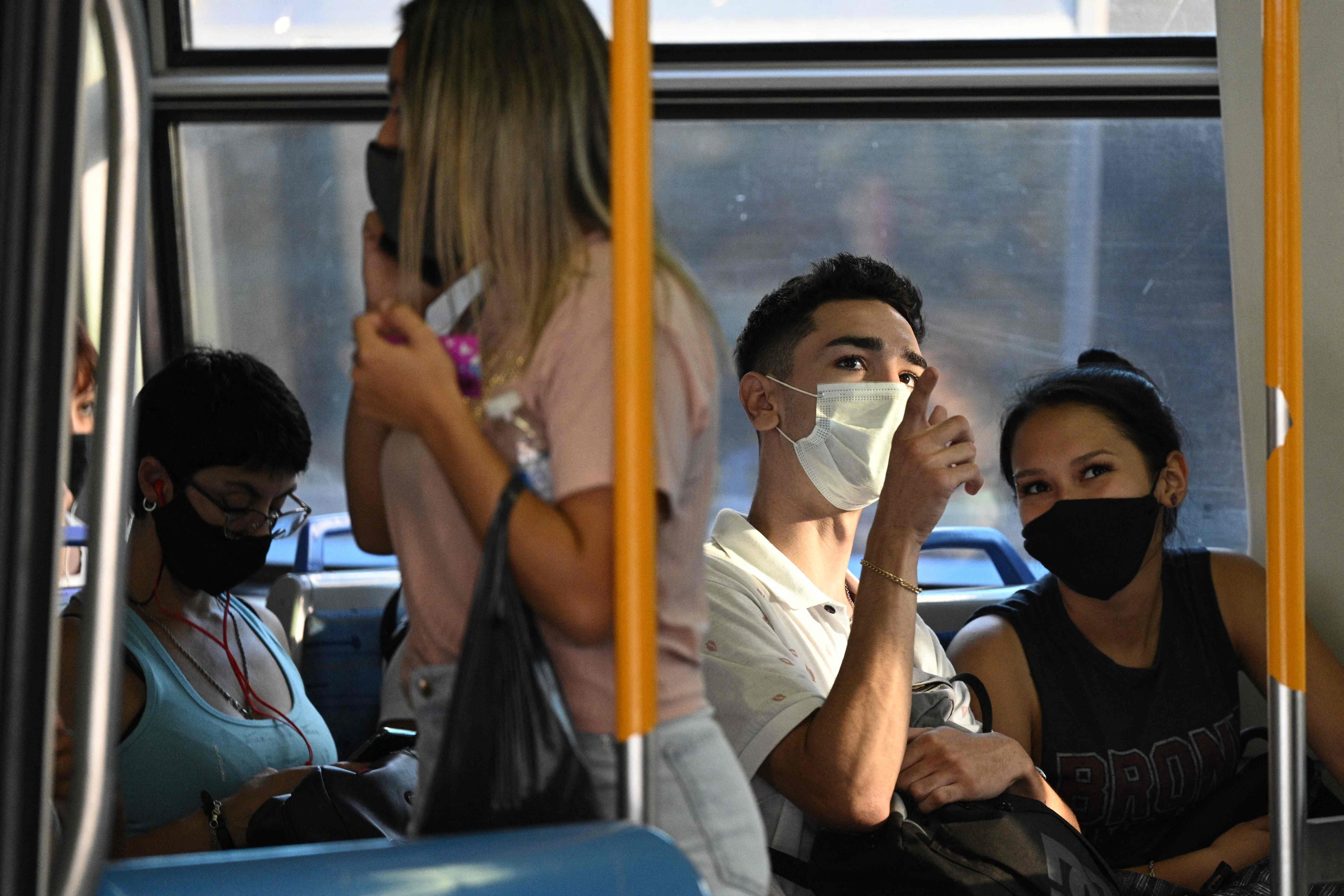 Varias personas en un tren este miércoles en Buenos Aires.