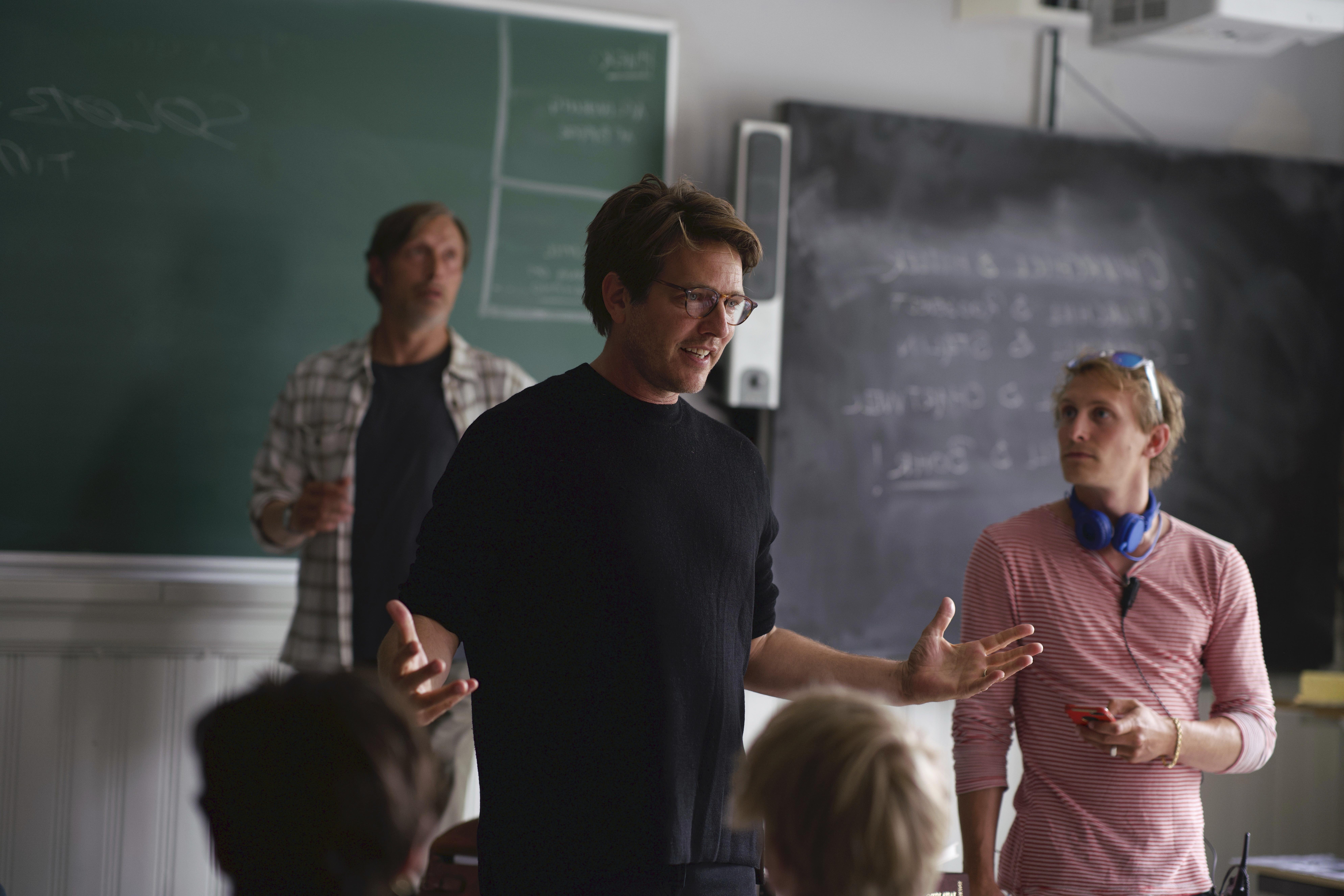 Mads Mikkelsen y Thomas Vinterberg en el rodaje de 'Otra ronda'.