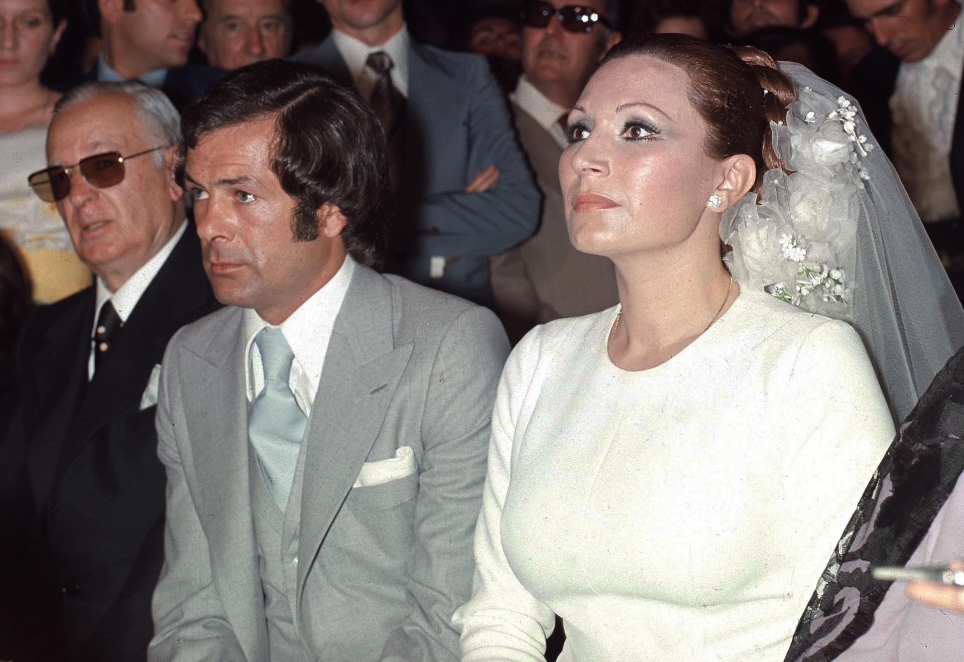 Pedro Carrasco y Rocío Jurado, el día de su boda, en el Santuario de la Virgen de Regla, Chipiona, Cádiz, en 1976.