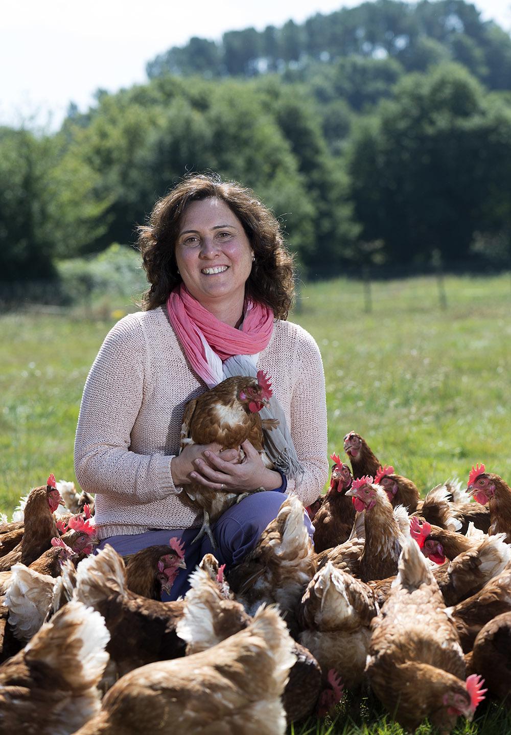 Nuria posa en su pazo entre gallinas