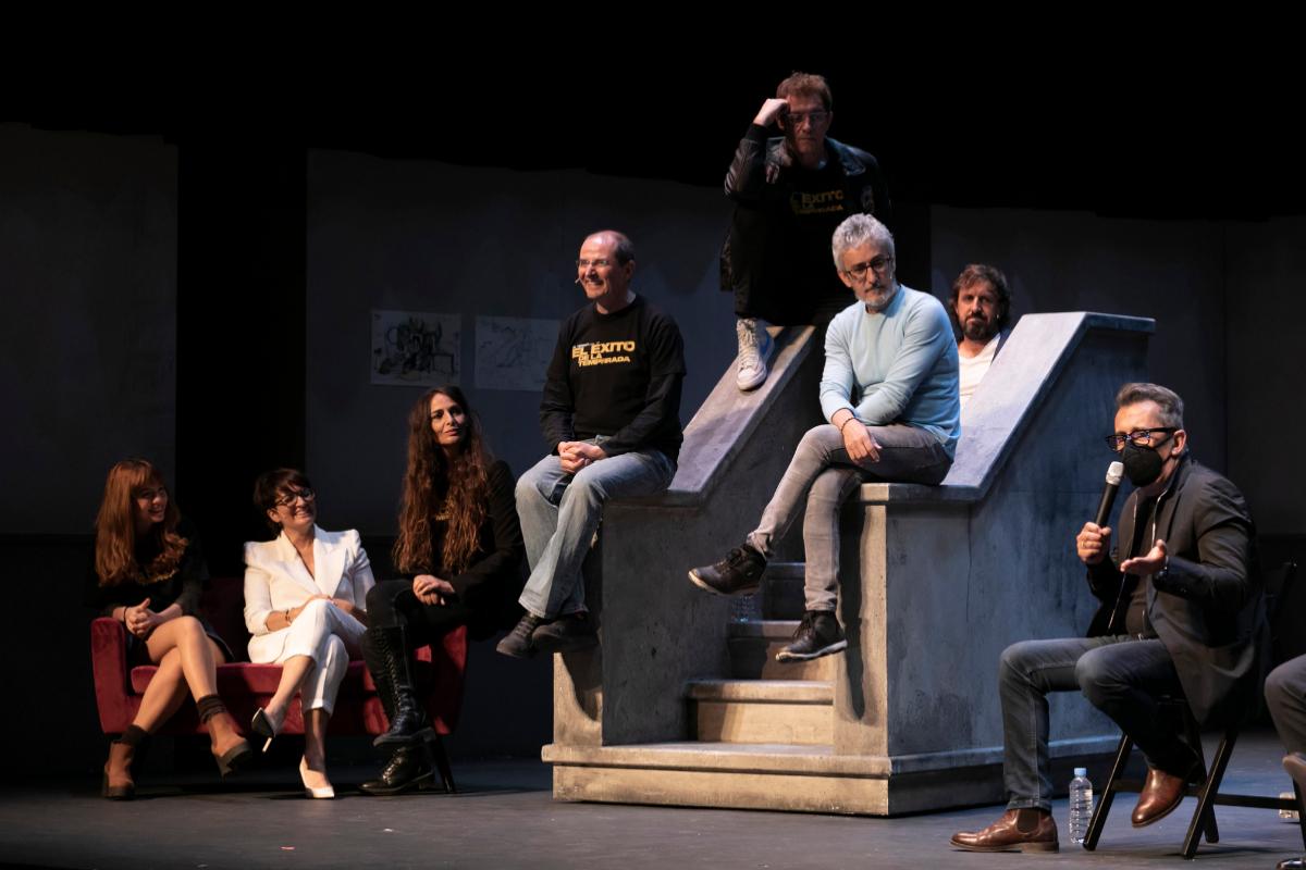 El elenco de 'El éxito de la temporada' junto a Andreu Buenafuente.