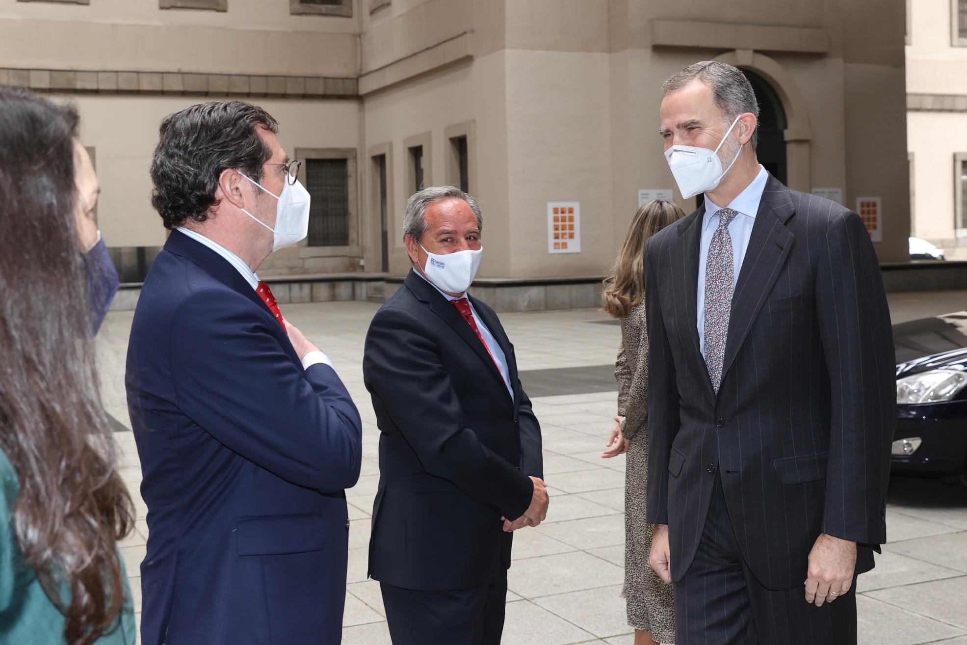 Felipe VI saluda a Antonio Garamendi