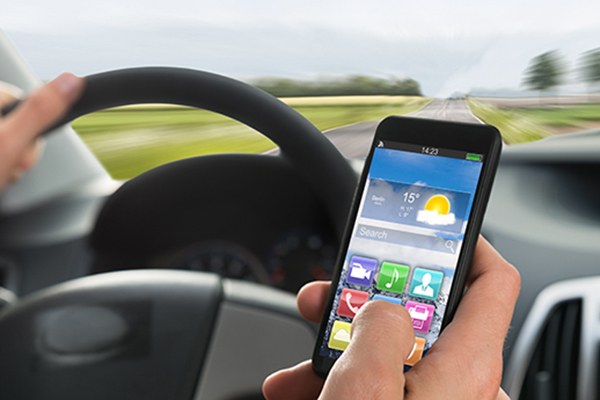 Llevar el móvil en la mano se castigará con seis puntos (tres antes) y 200 euros