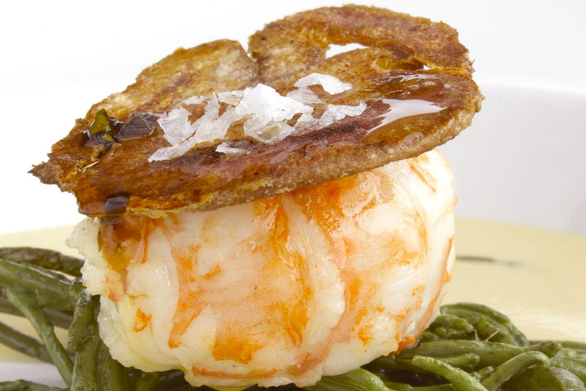 Cigala con careta ibérica, uno de sus platos emblema.