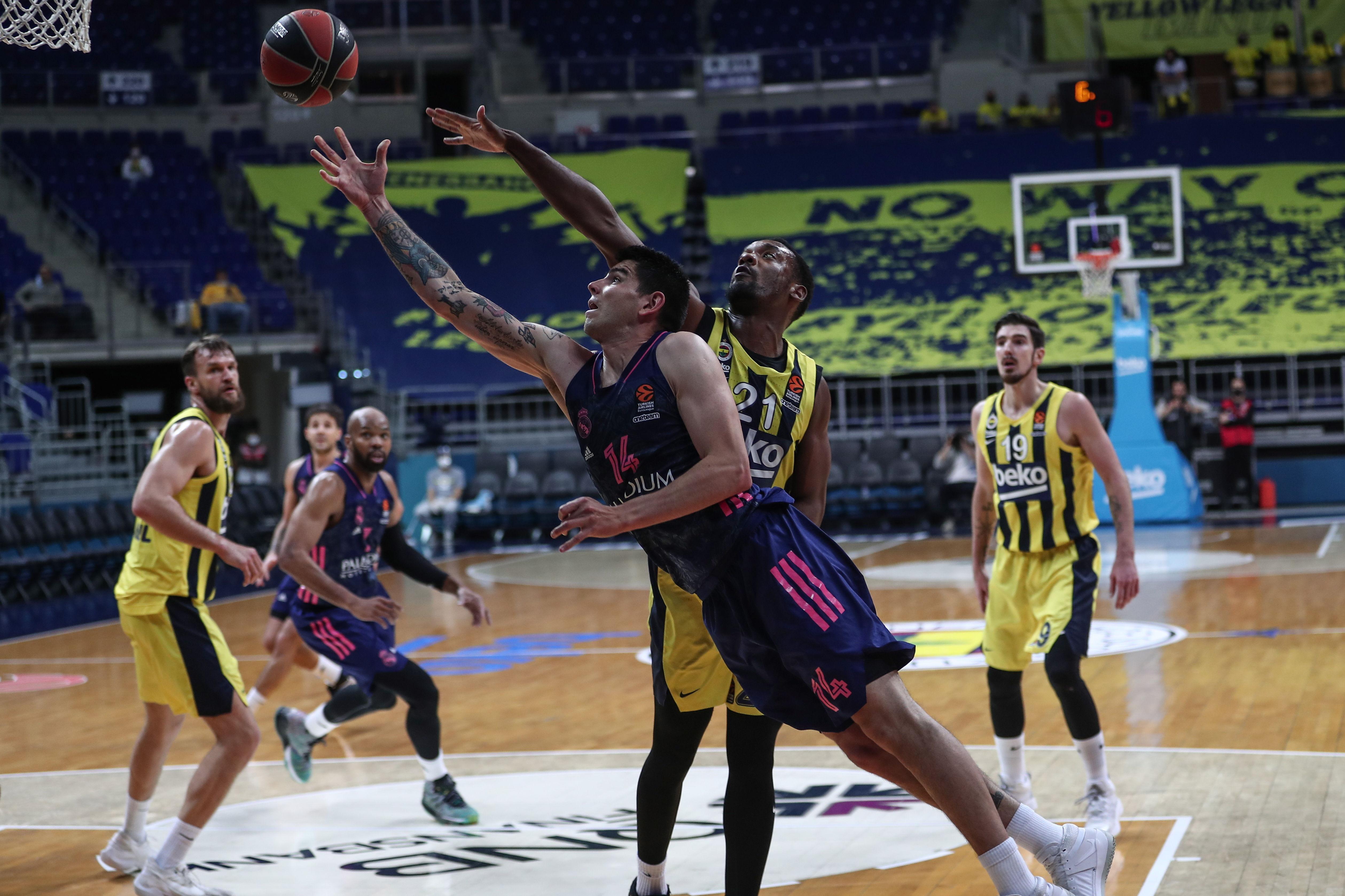 Deck anota ante Pierre, en el partido disputado en Estambul.