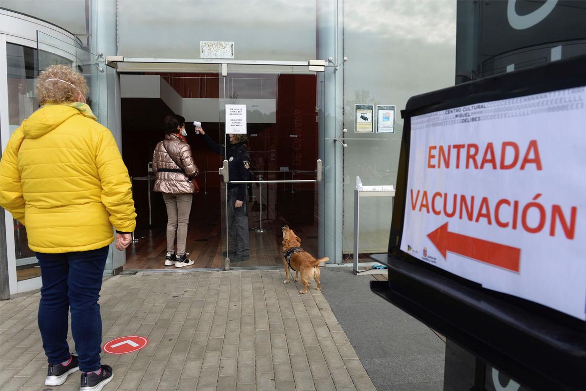 Ciudadanos aguardan para recibir la vacuna, este  jueves, en Valladolid.