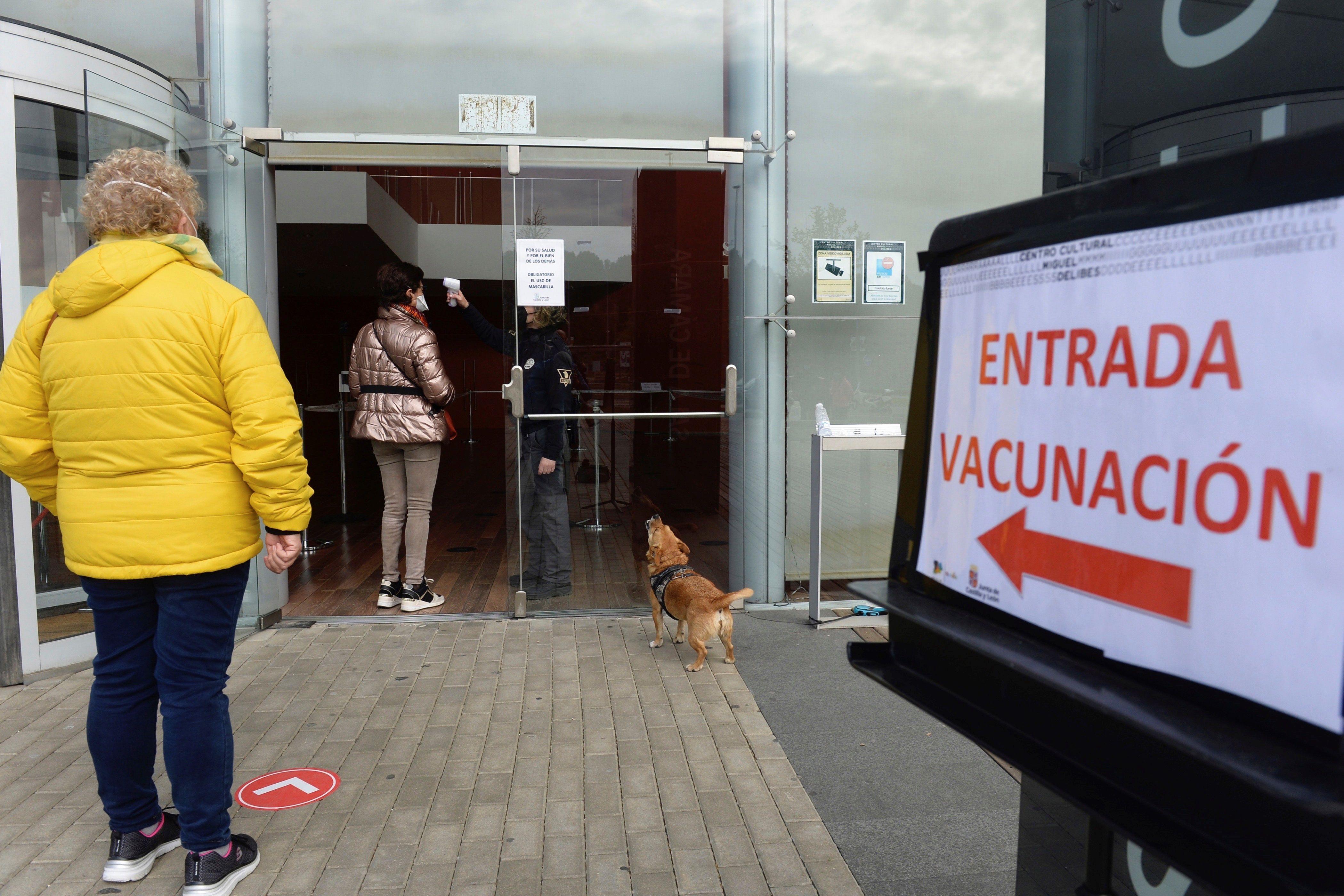 Varios ciudadanos hacen cola para vacunarse contra el Covid-19 en Valladolid.