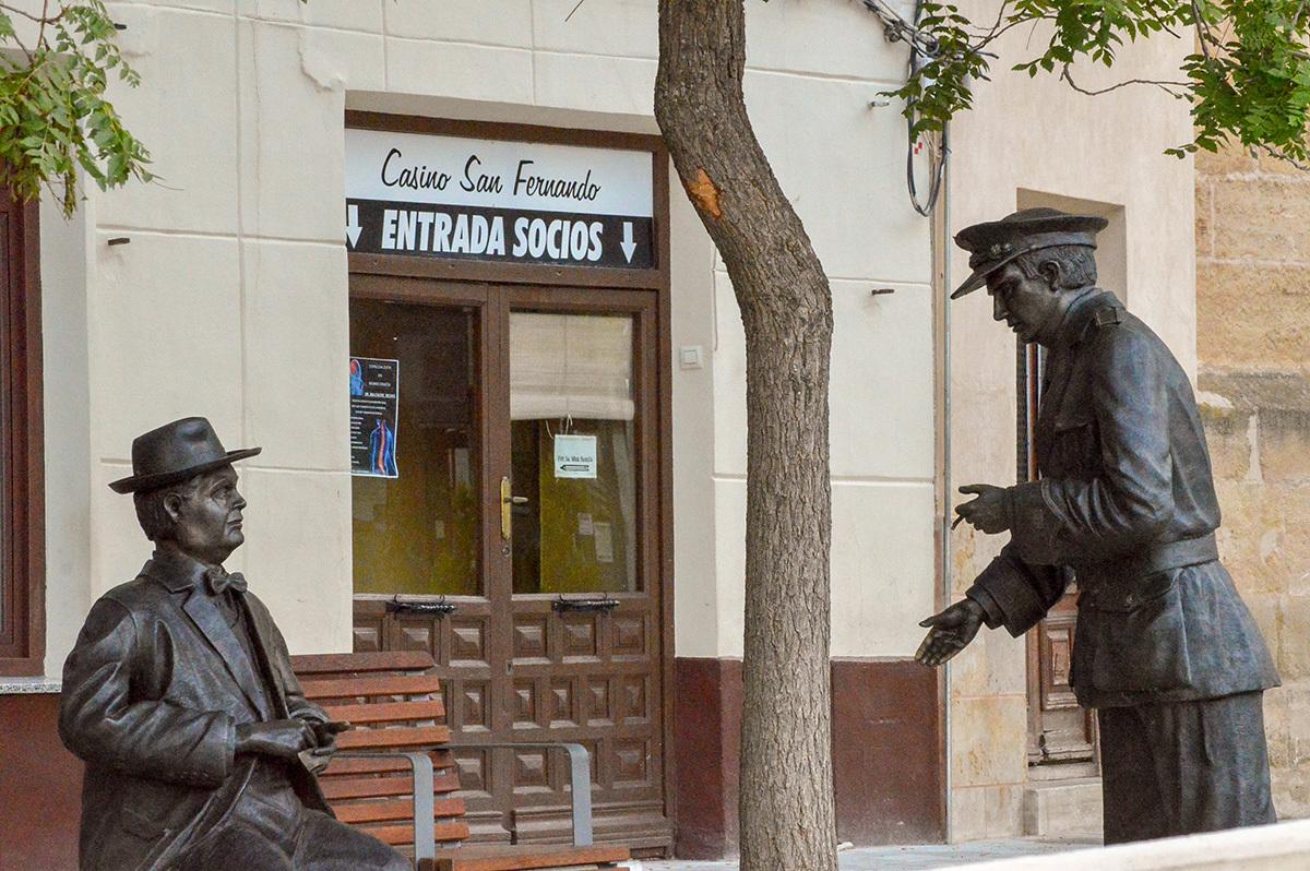Estatua de Plinio y don Lotario.