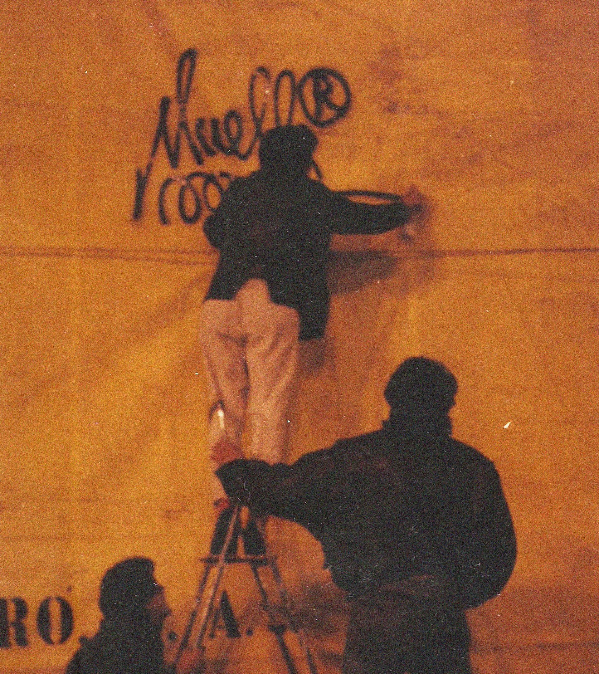 Juan Carlos Argüello, Muelle, firmando en una lona de protección en La Cibeles, en 1989.