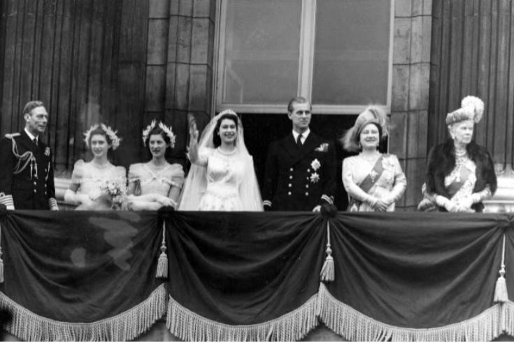 La reina Isabel II y el duque de Edimburgo, en el centro de la imagen, el día de su boda.