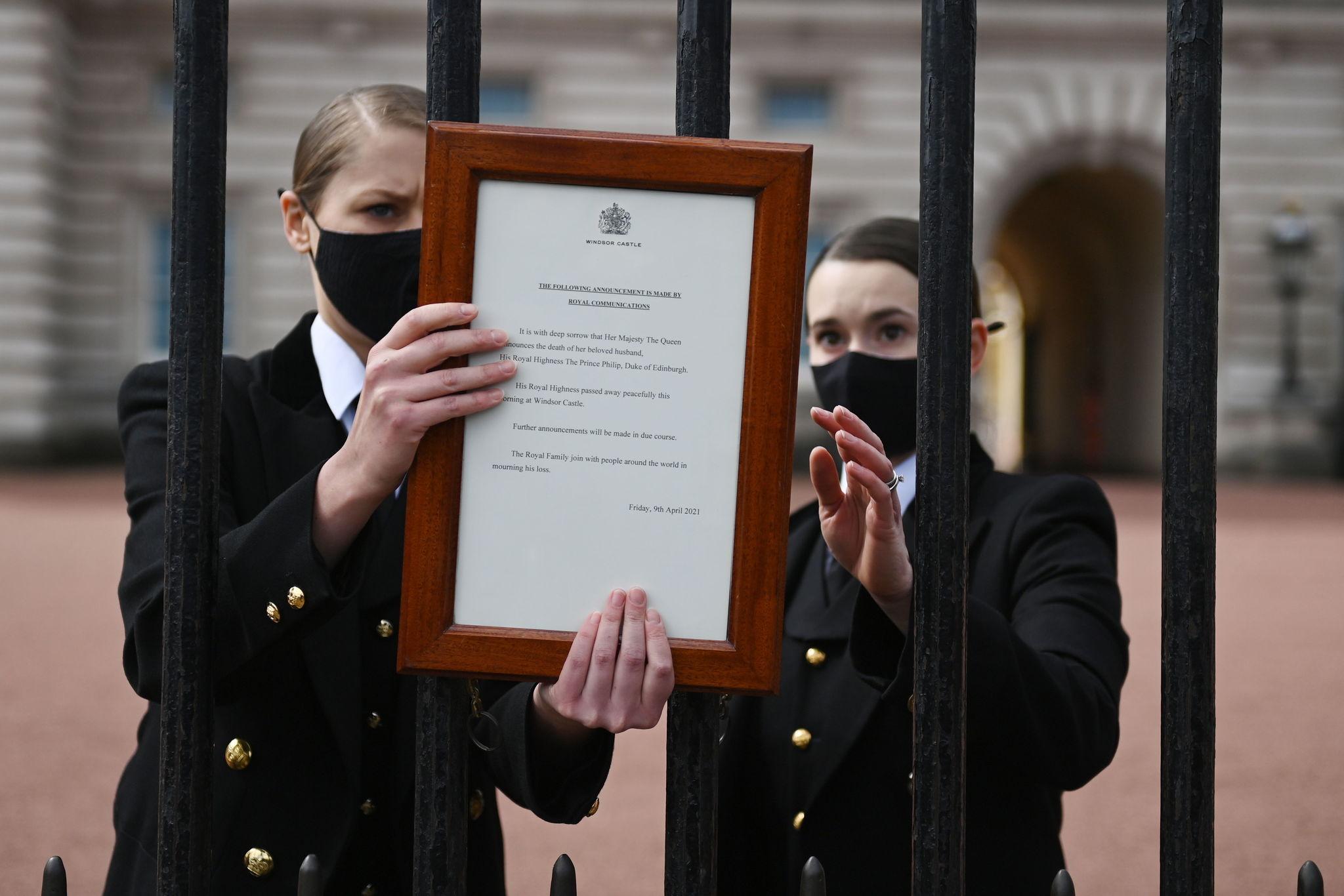 Comunicado en la puerta del Palacio de Buckingham.