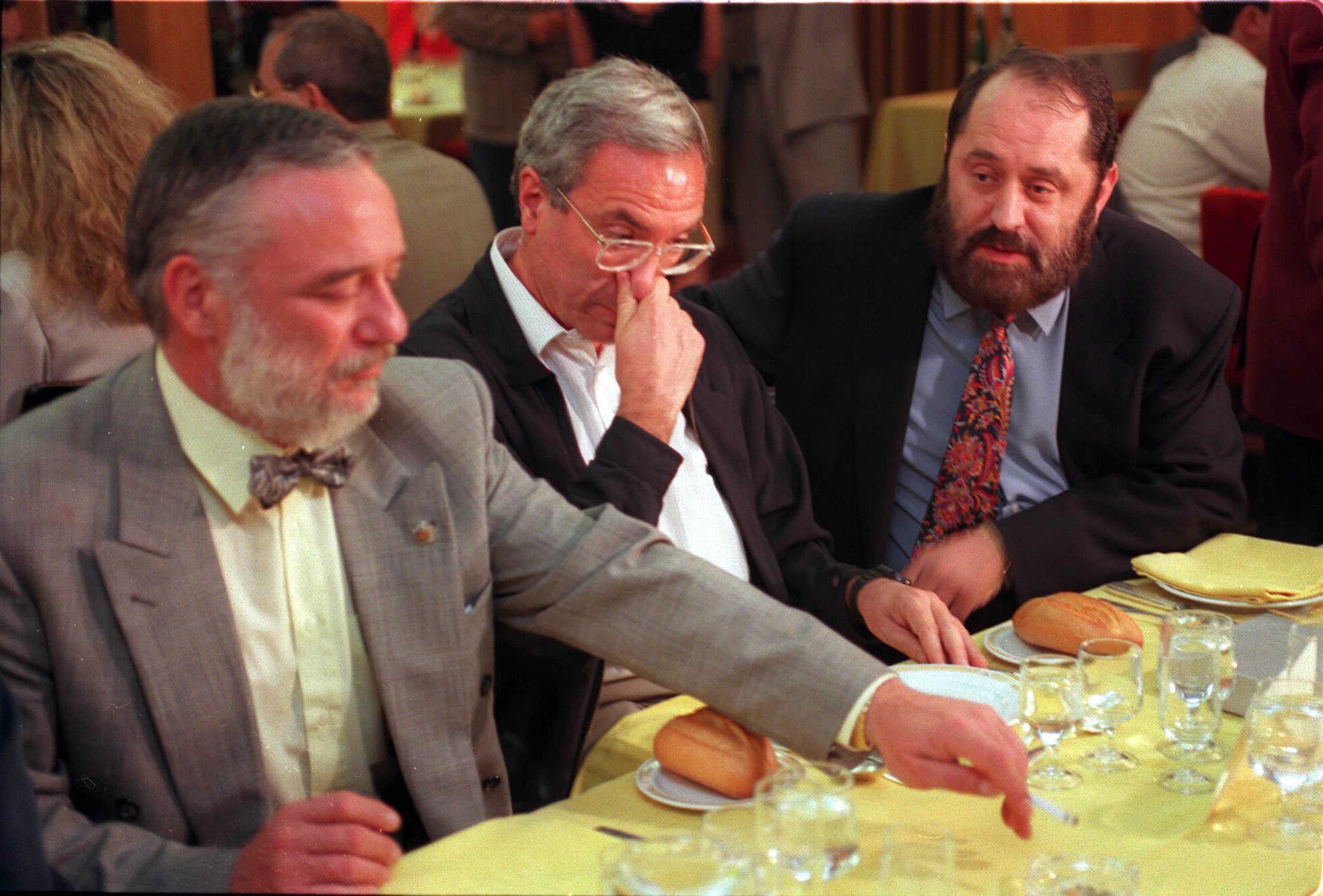 Rodríguez Menéndez junto a José Barrionuevo y el abogado Jorge Argote en la cena homenaje a este último, en 1997.