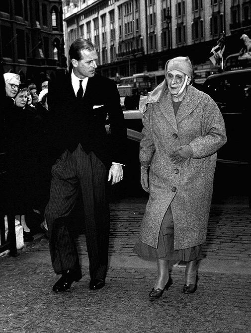 Felipe de Edimburgo y su madre, Alicia de Battenberg.