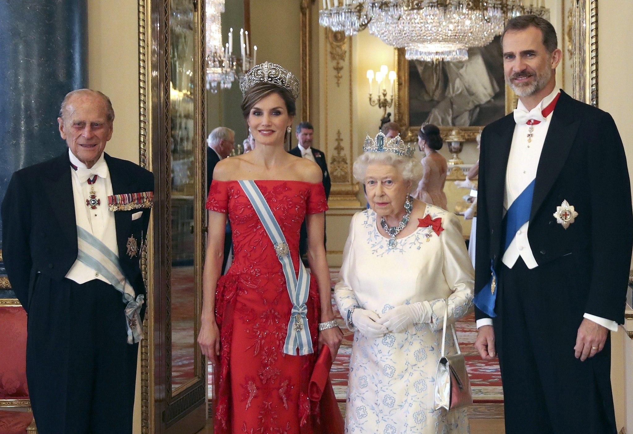 Felipe y Letizia junto a Isabel II y el duque de Edimburgo