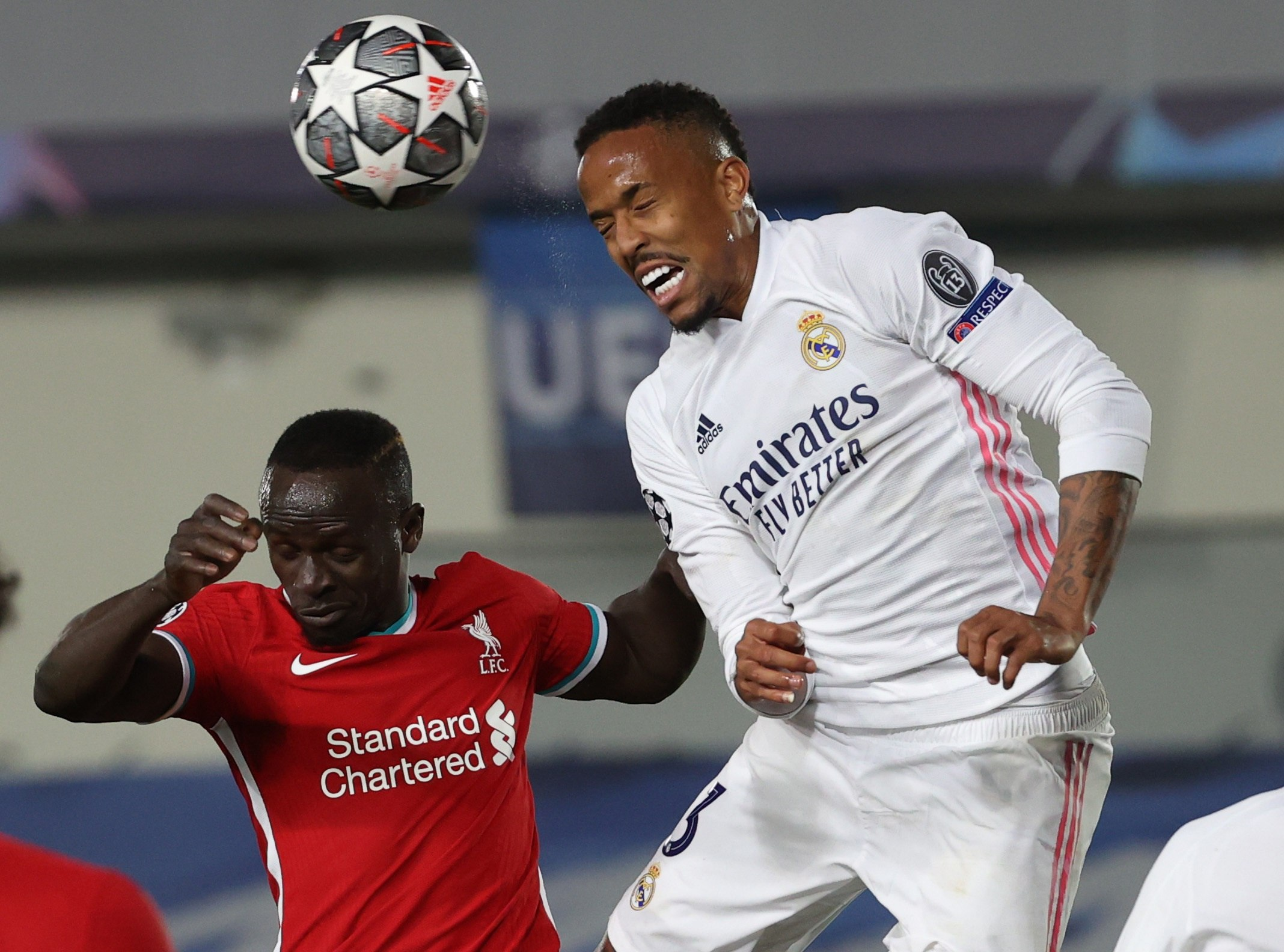 Militao salta con Mané durante el Madrid-Liverpool.