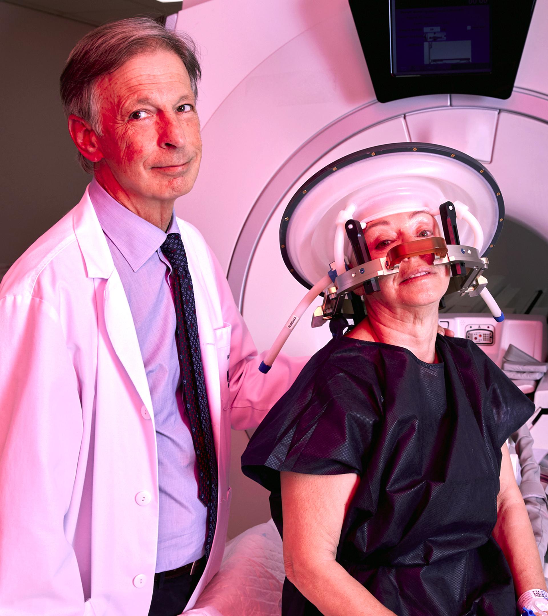El doctor Obeso con una paciente en el Centro Integral de NeuroCiencias de HM Hospitales.
