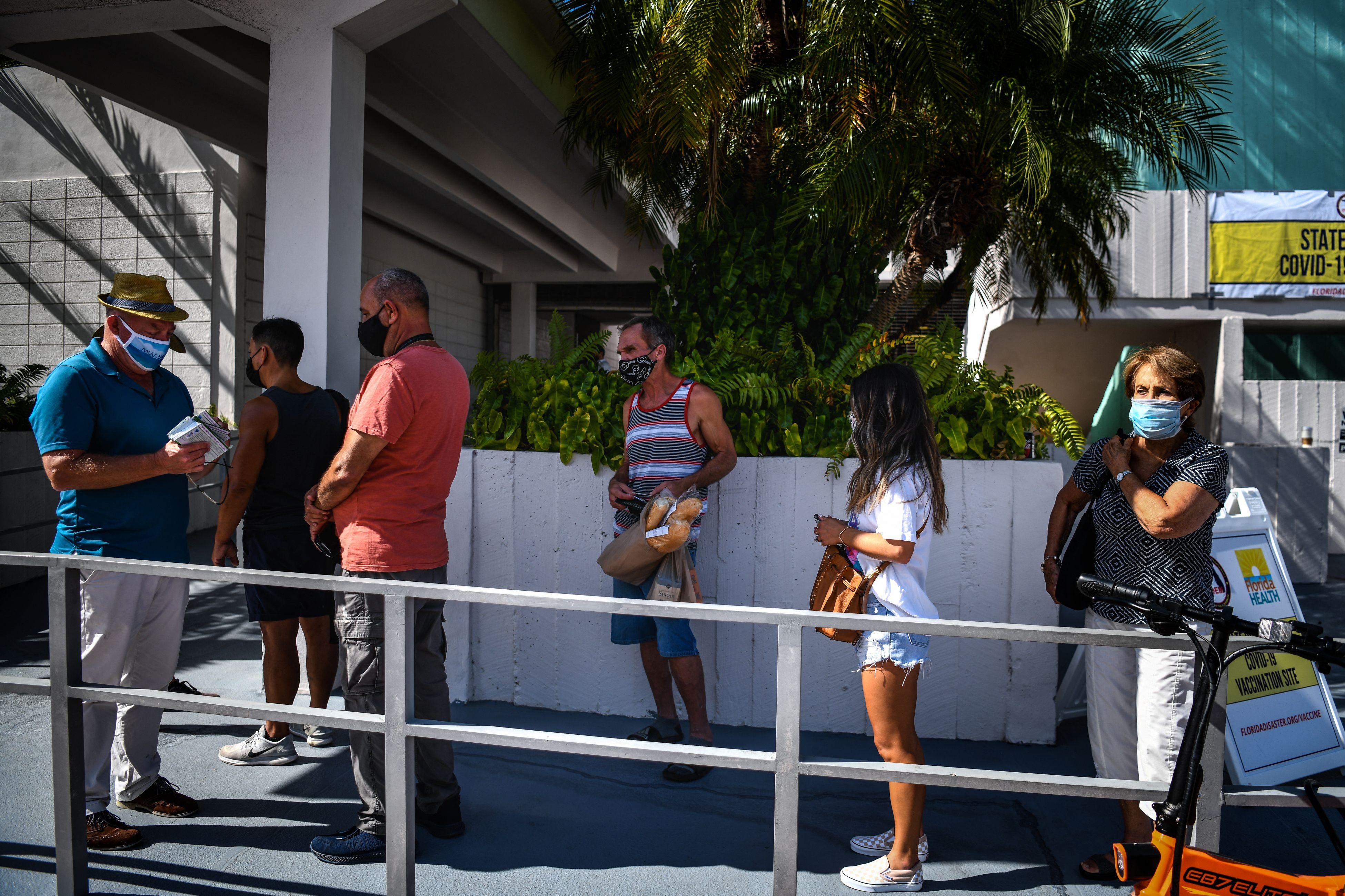 Fila de personas para recibir la vacuna en Miami Beach, Florida, el jueves.