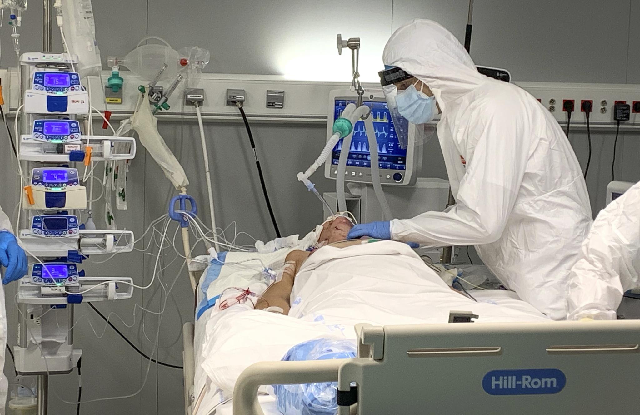 Paciente en la UCI del Hospital público Enfermera Isabel Zendal, en Madrid.