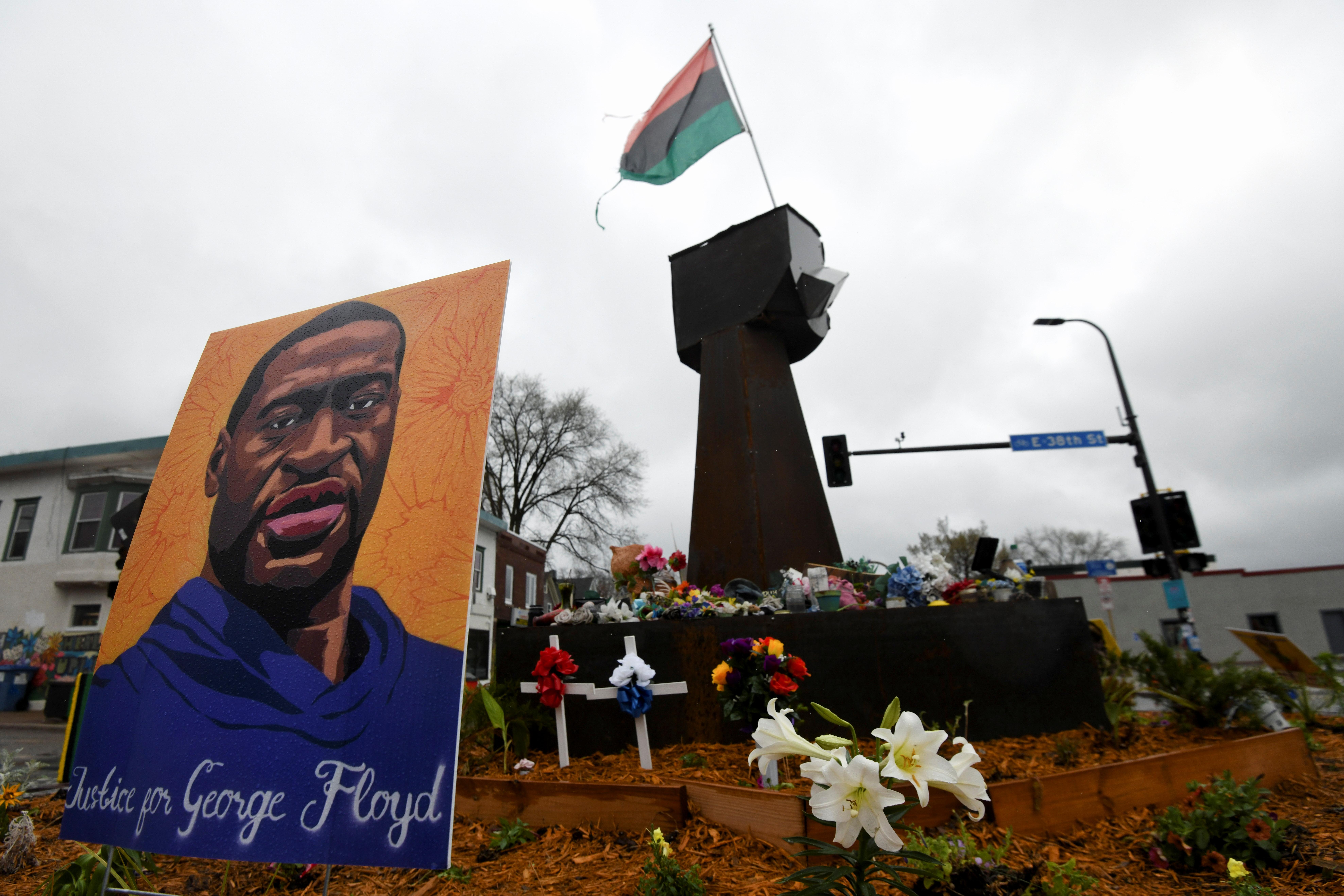 Ofrenda floral en recuerdo a George Floyd Square en Minneapolis durante el juicio.