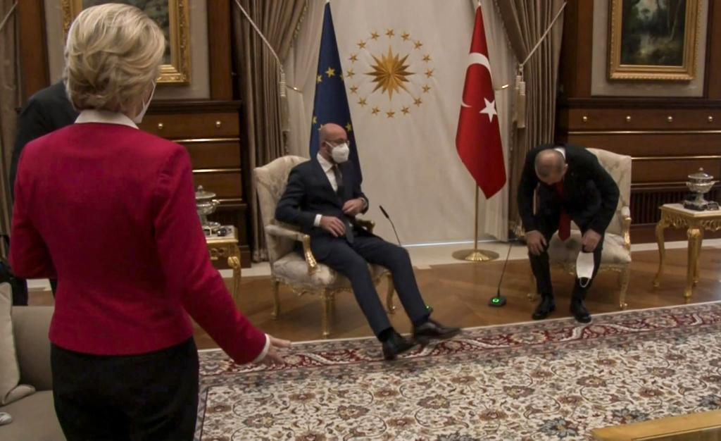 Cuando Úrsula llegó a la reunión, se encontró que no tenía silla.