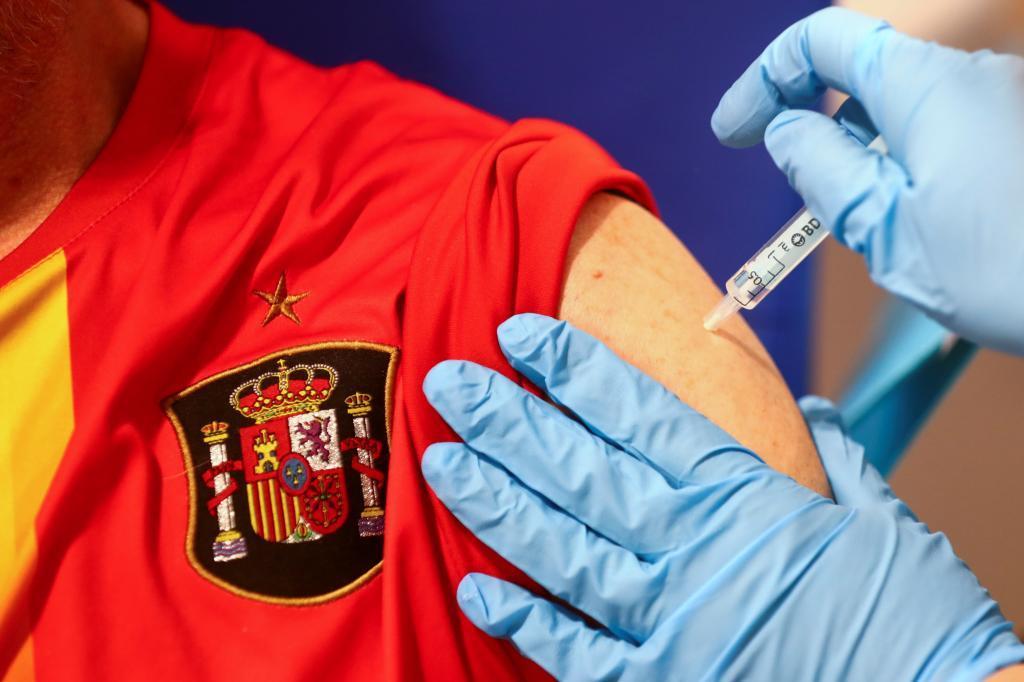 Un hombre recibe en Madrid la primera dosis de la vacuna de AstraZeneca