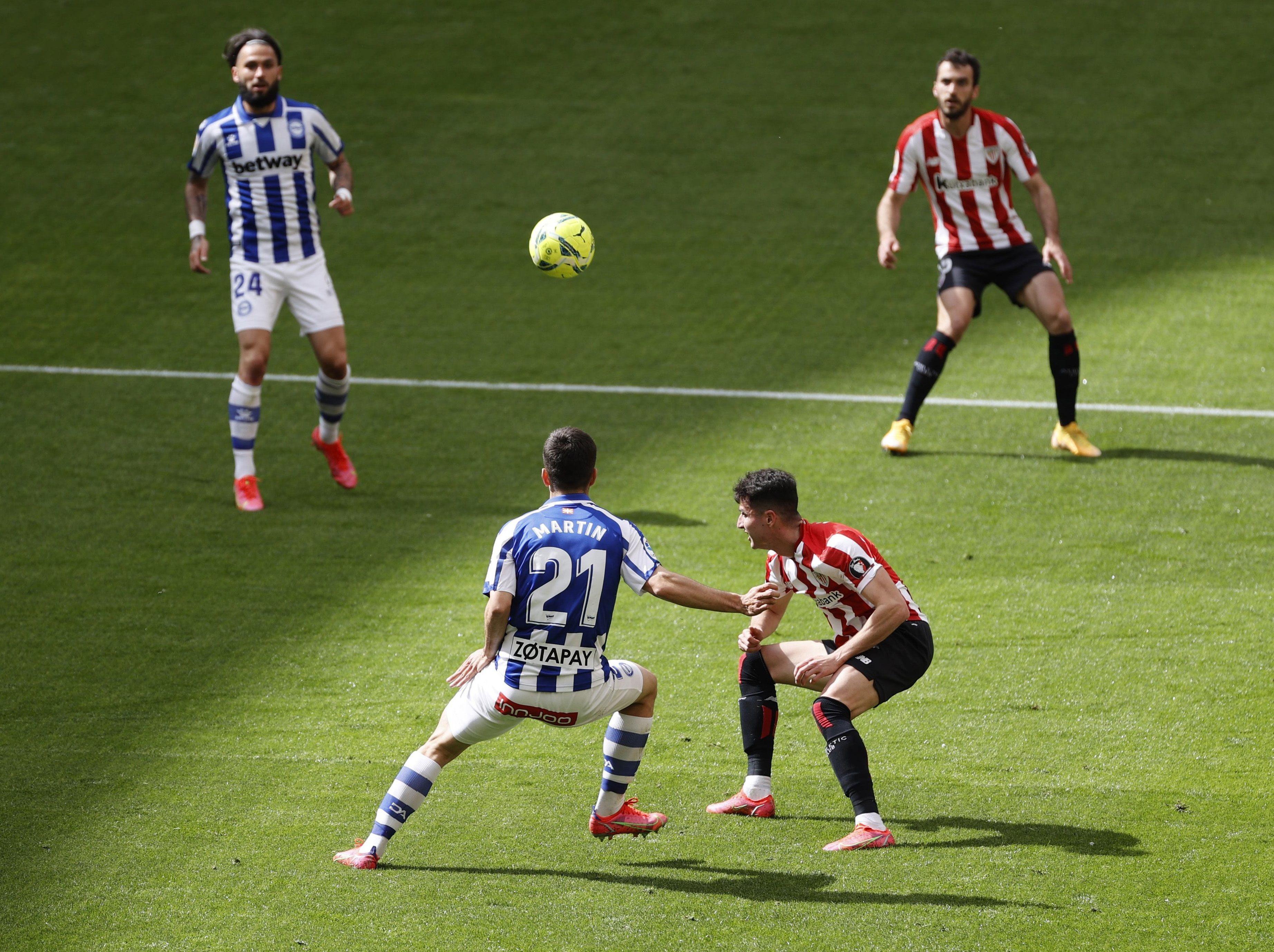 Morcillo (2d) disputa el balón a Martín Aguirregabiria (2i).