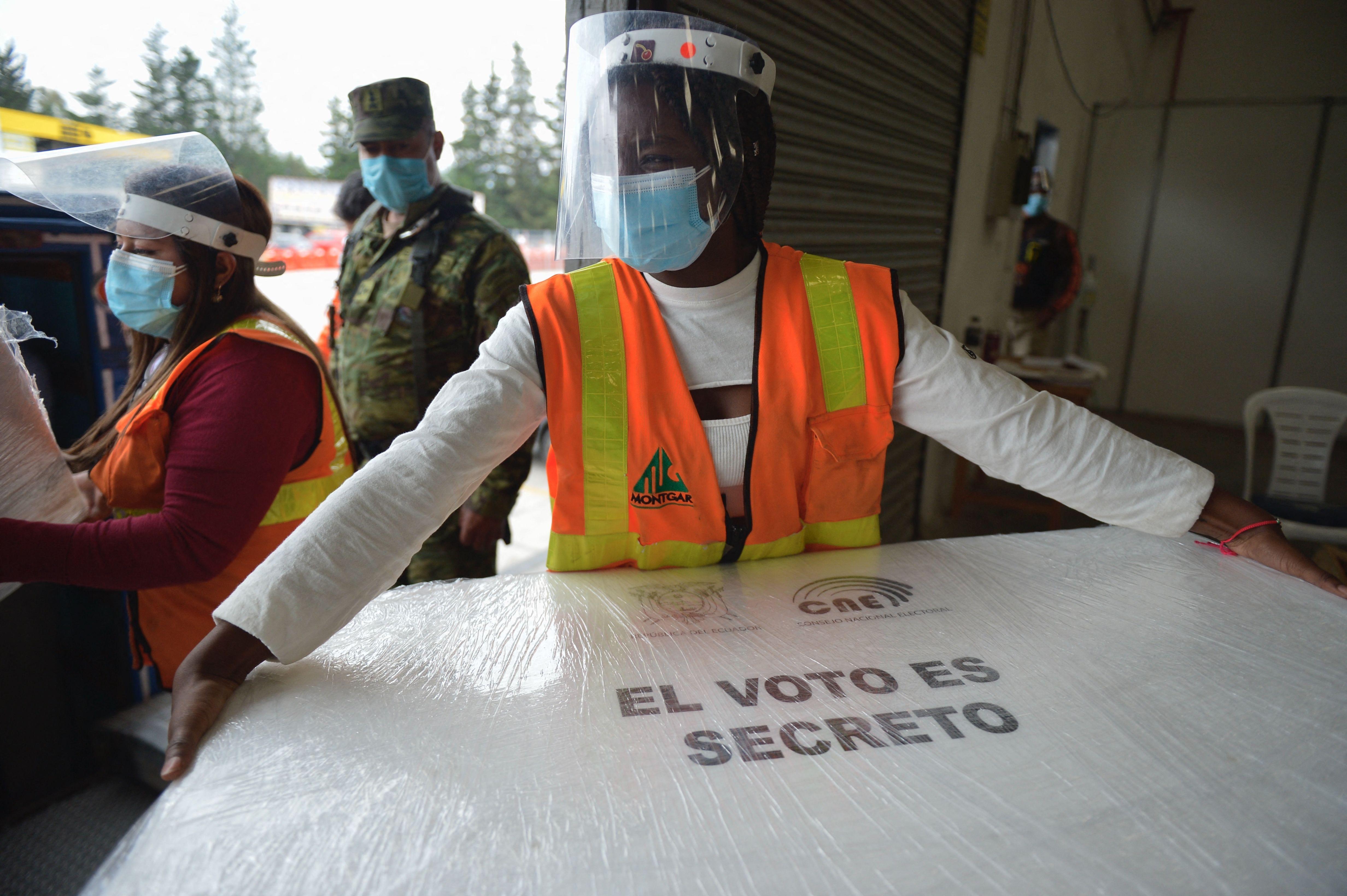 Empleados preparan material electoral, en Quito.
