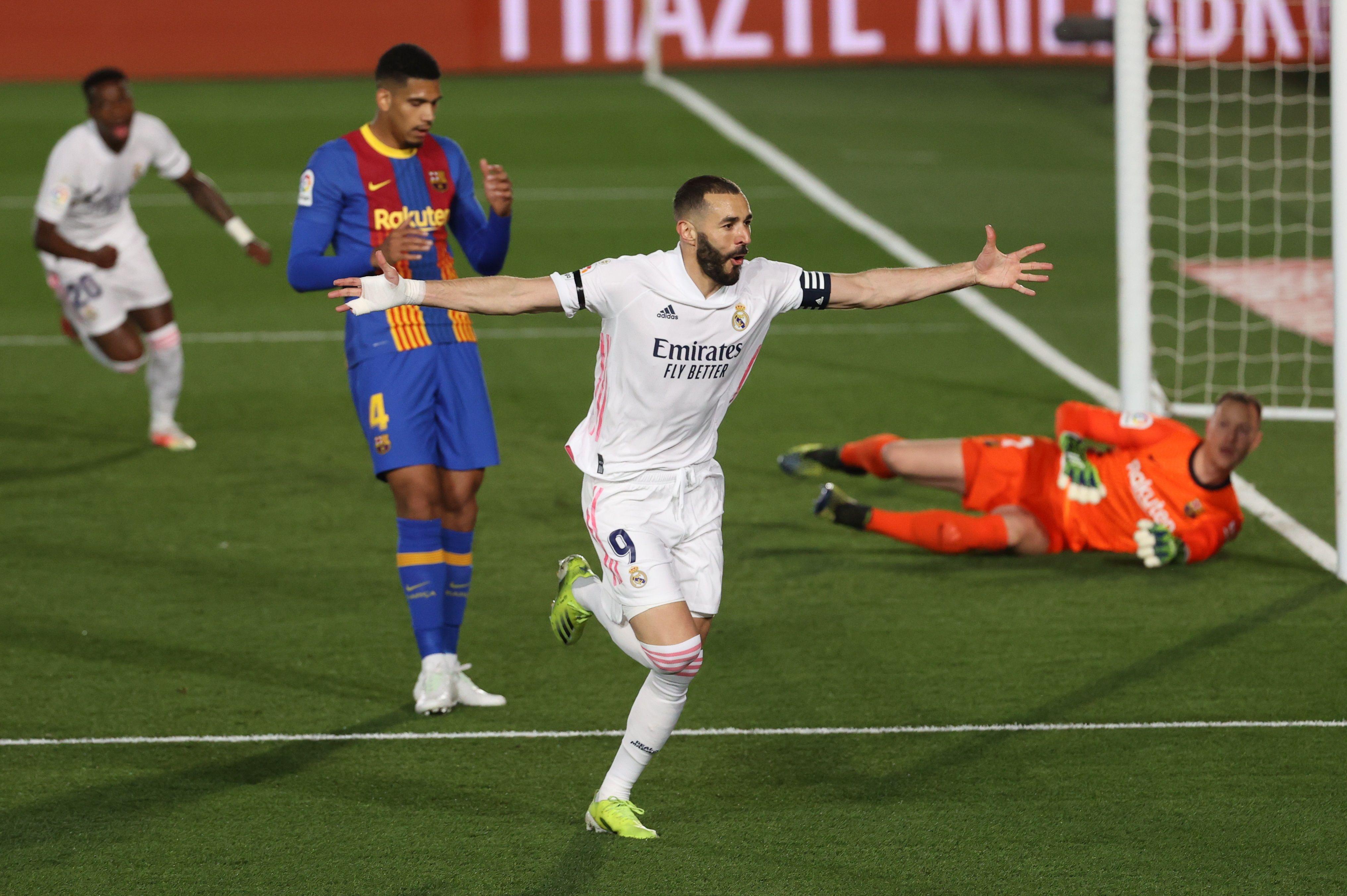 Benzema celebra su gol de tacón ante el Barcelona.