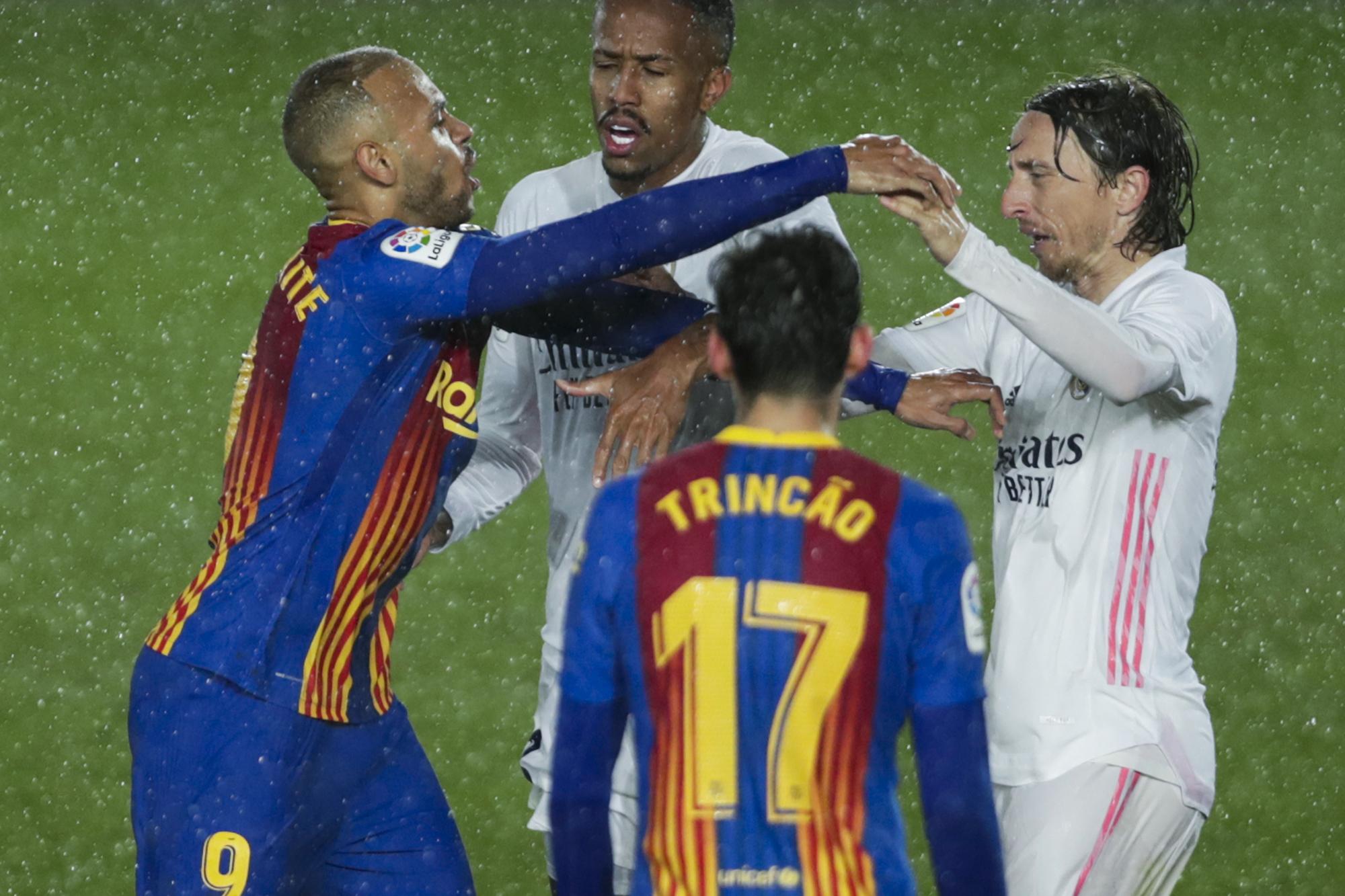 Braithwaite discute con Modric durante el clásico.