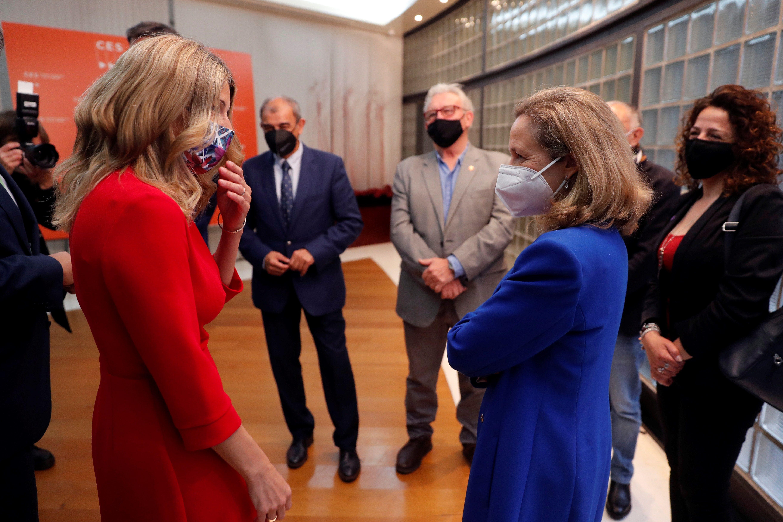 La vicepresidenta segunda, Nadia Calviño, conversa con la vicepresidenta y ministra de Trabajo, Yolanda Díaz.