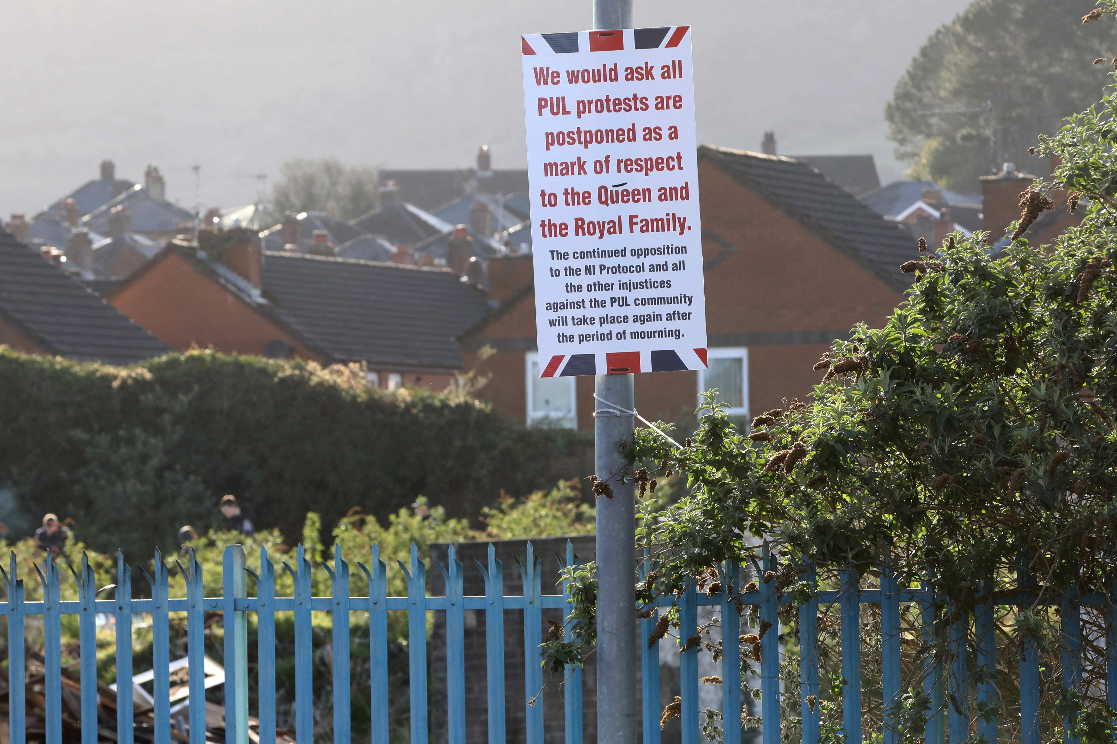 Carteles en Belfast pidiendo tregua por la muerte del duque de Edimburgo.
