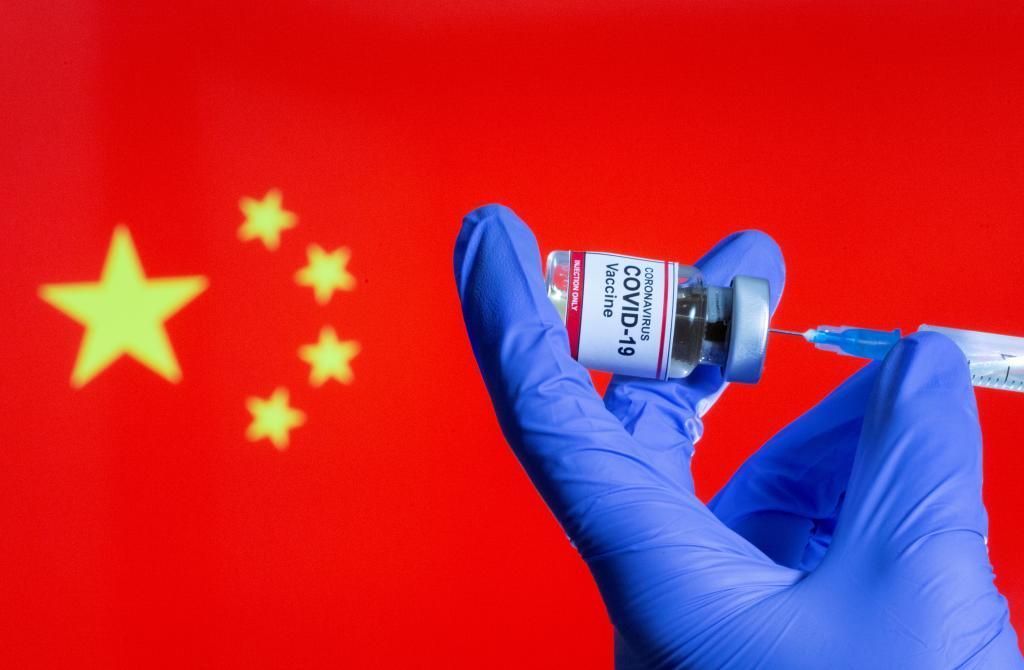 Vacuna contra la Covid con la bandera china de fondo.