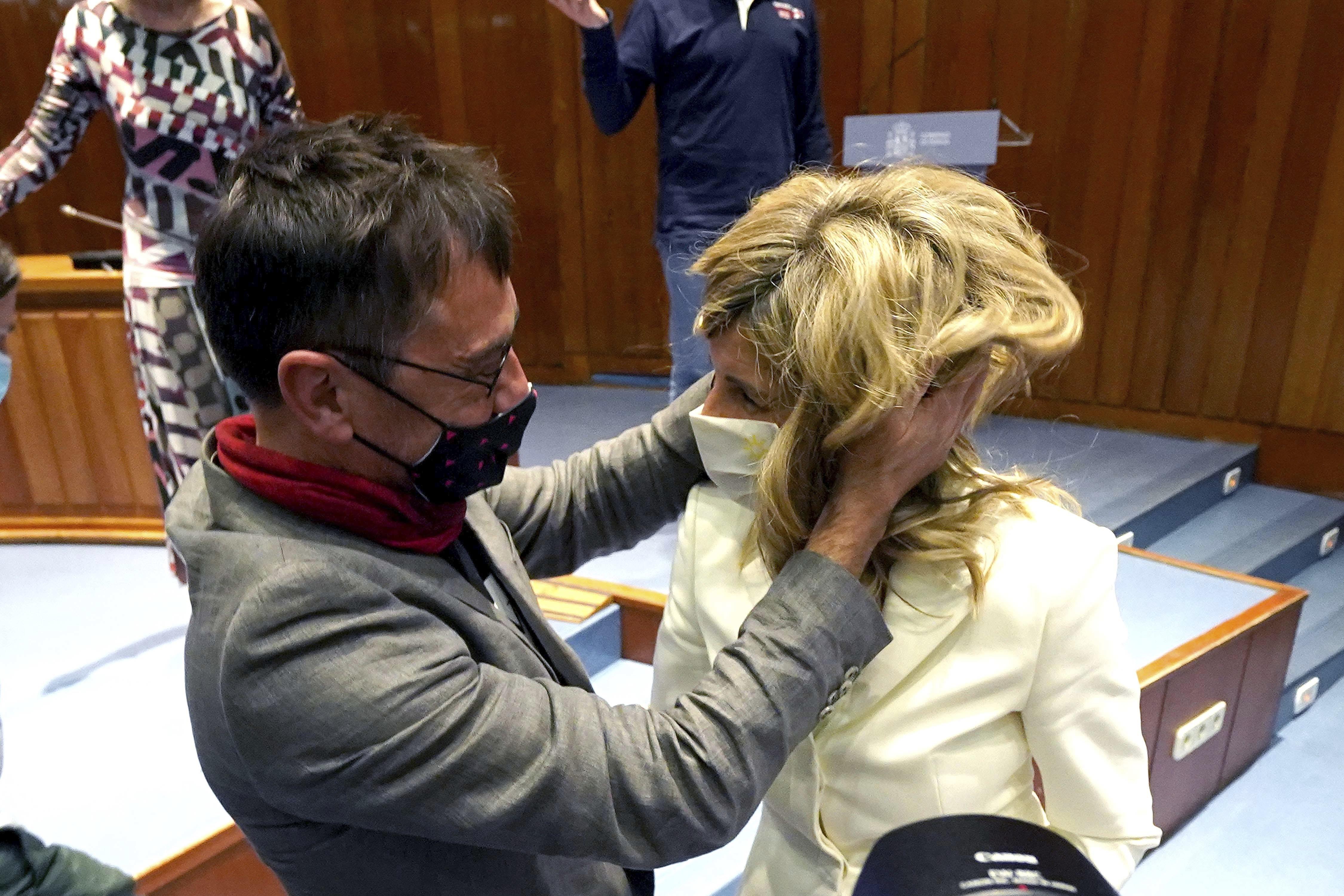Monedero felicita a Yolanda Díaz cuando ésta recibe la cartera de Pablo Iglesias.