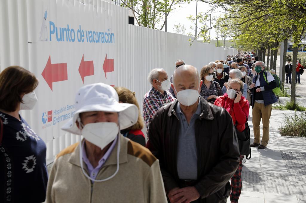 Colas en la vacunacion a los mayores de 80 años en el hospital Enfermera Isabel Zendal (Madrid).