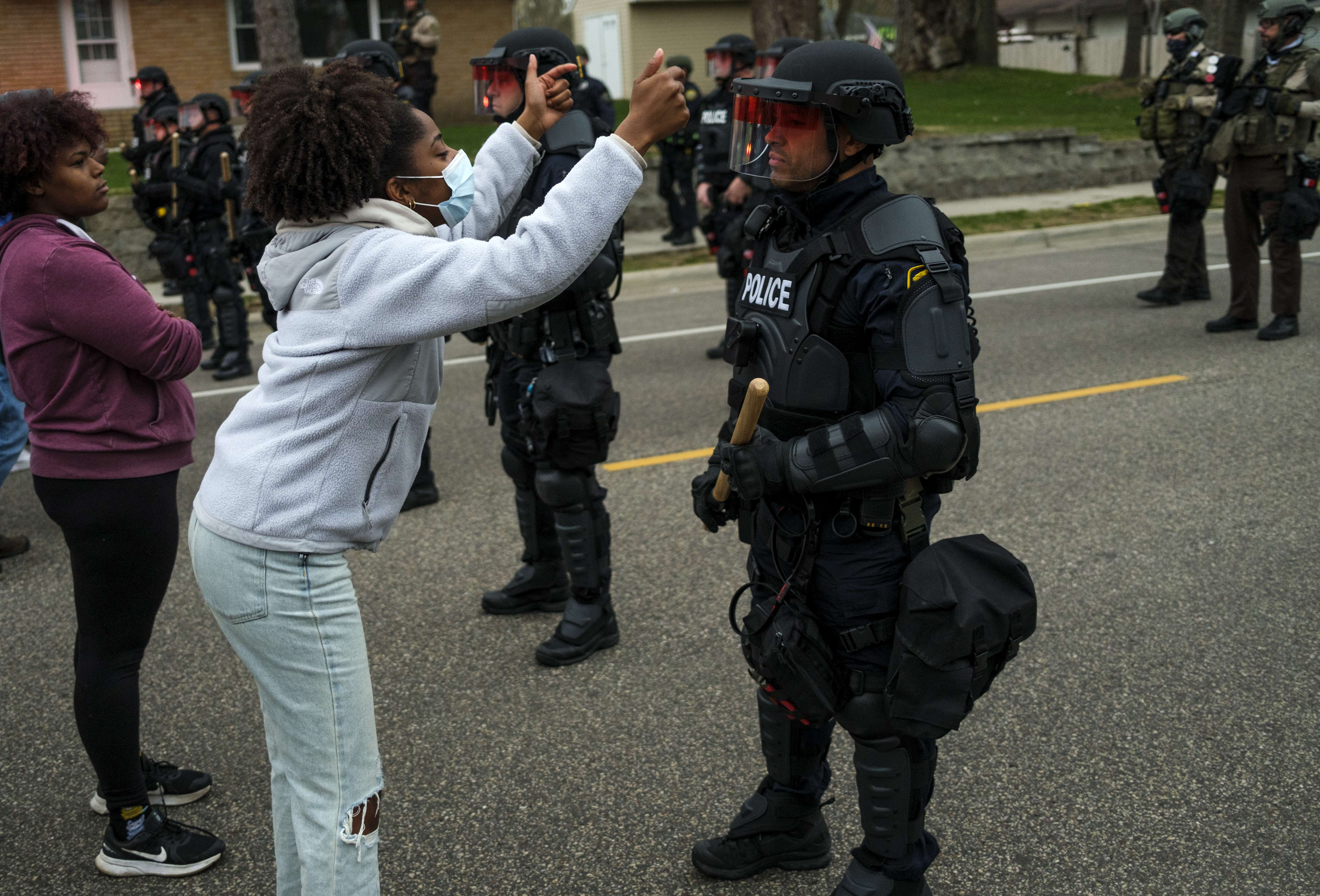 Una mujer se encara a un policía ayer en Minnesota.