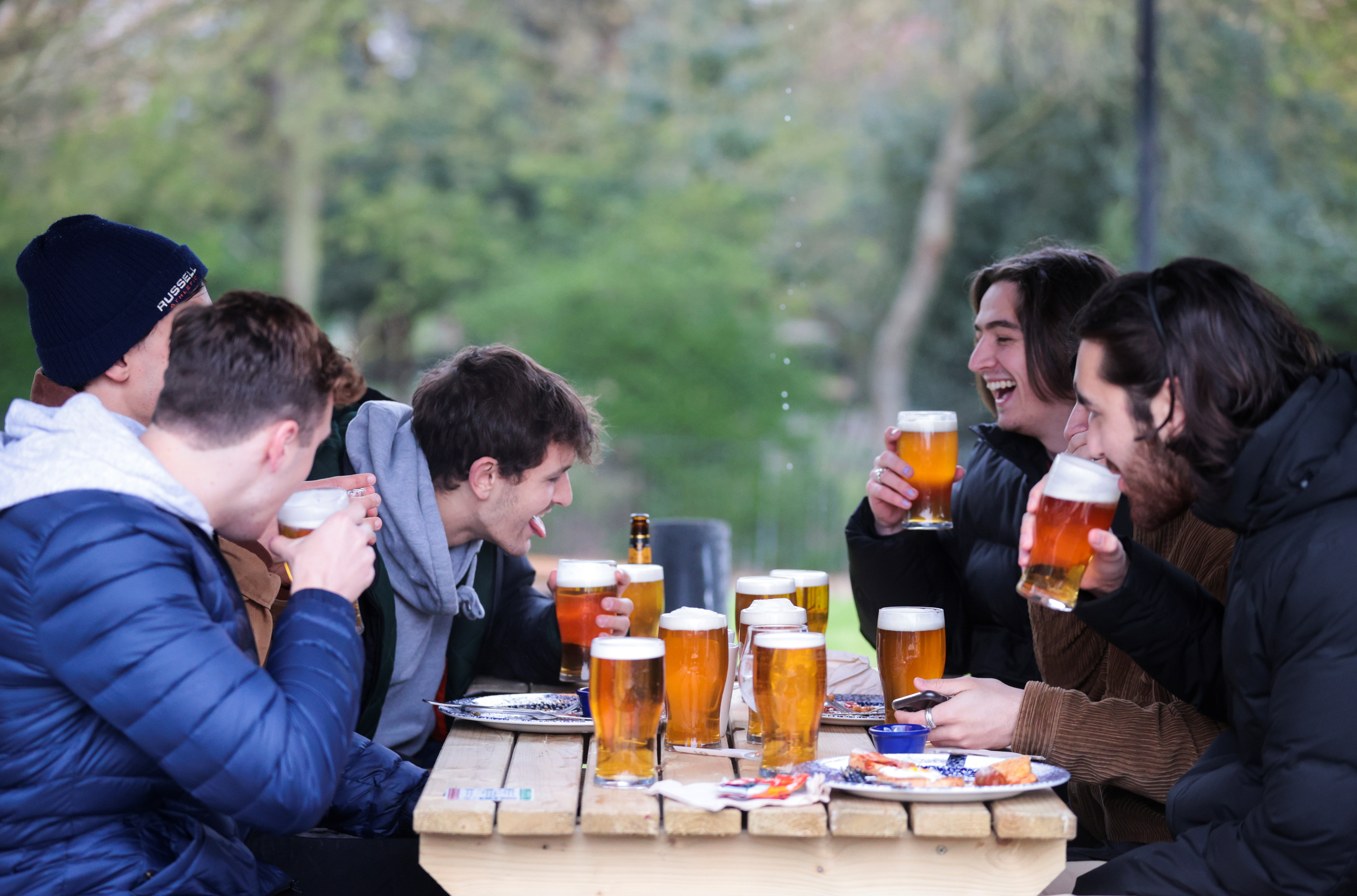 Un grupo de jóvenes este lunes en un bar de Londres.