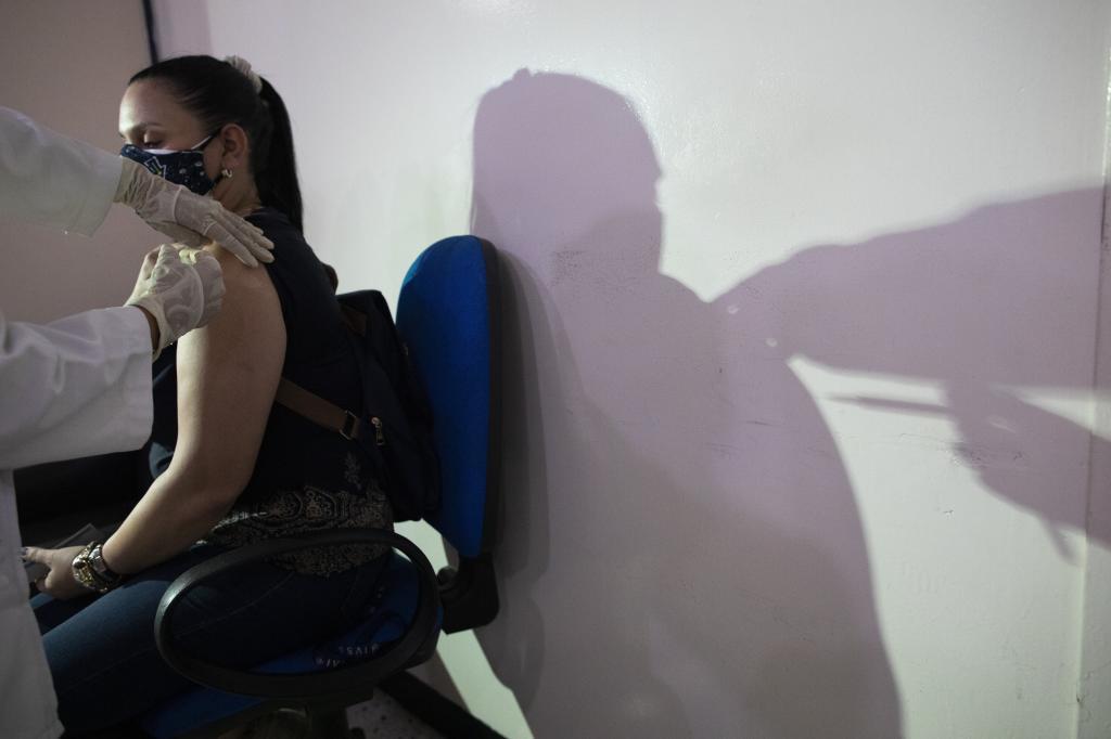 Una mujer recibe la vacuna Sputnik V contra el Covid.
