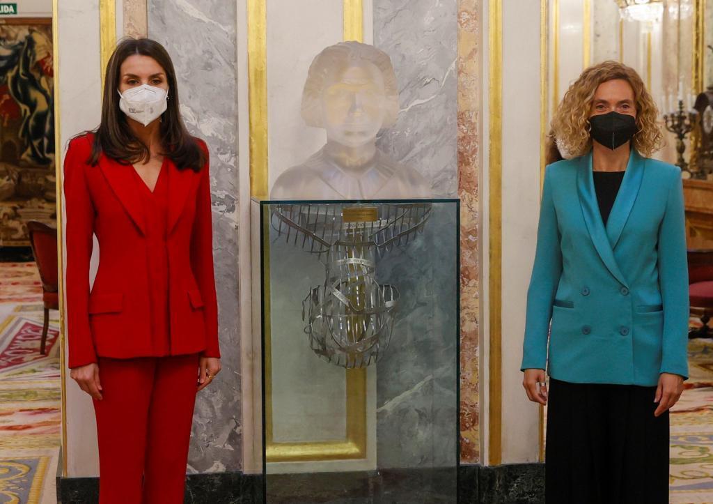 La Reina Letizia y la presidenta del Congreso, Meritxell Batet, posan junto a un busto de Clara Campoamor.