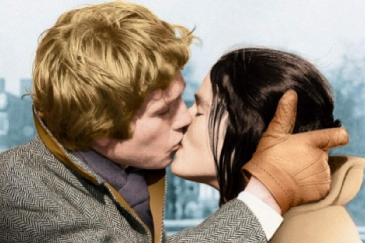 Ryan O'Neal y Ali MacGraw se besan en 'Love Story'.