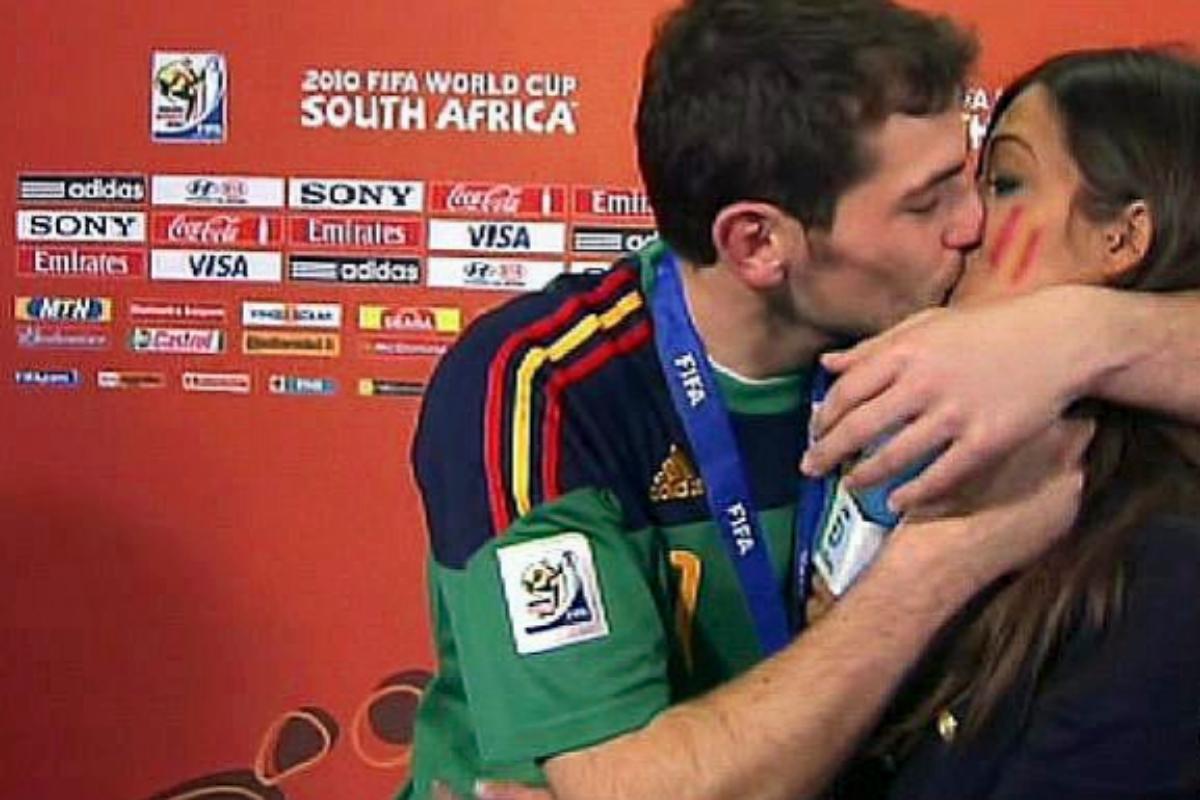 El histórico beso del mundial, televisado en Telecinco tras ganar la Selección española, entre Casillas y Carbonero.