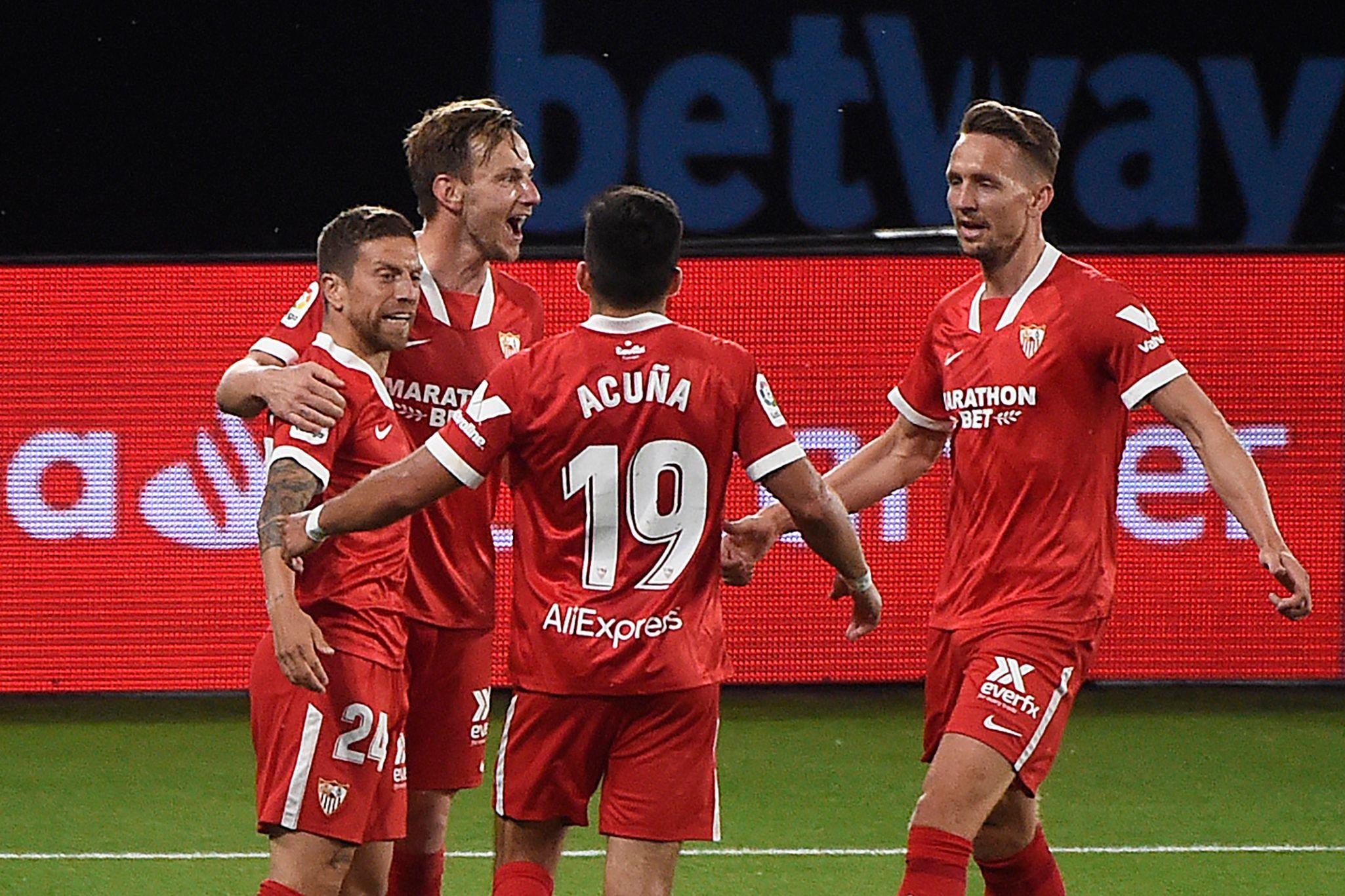 Los jugadores del Sevilla celebran la victoria en Vigo.