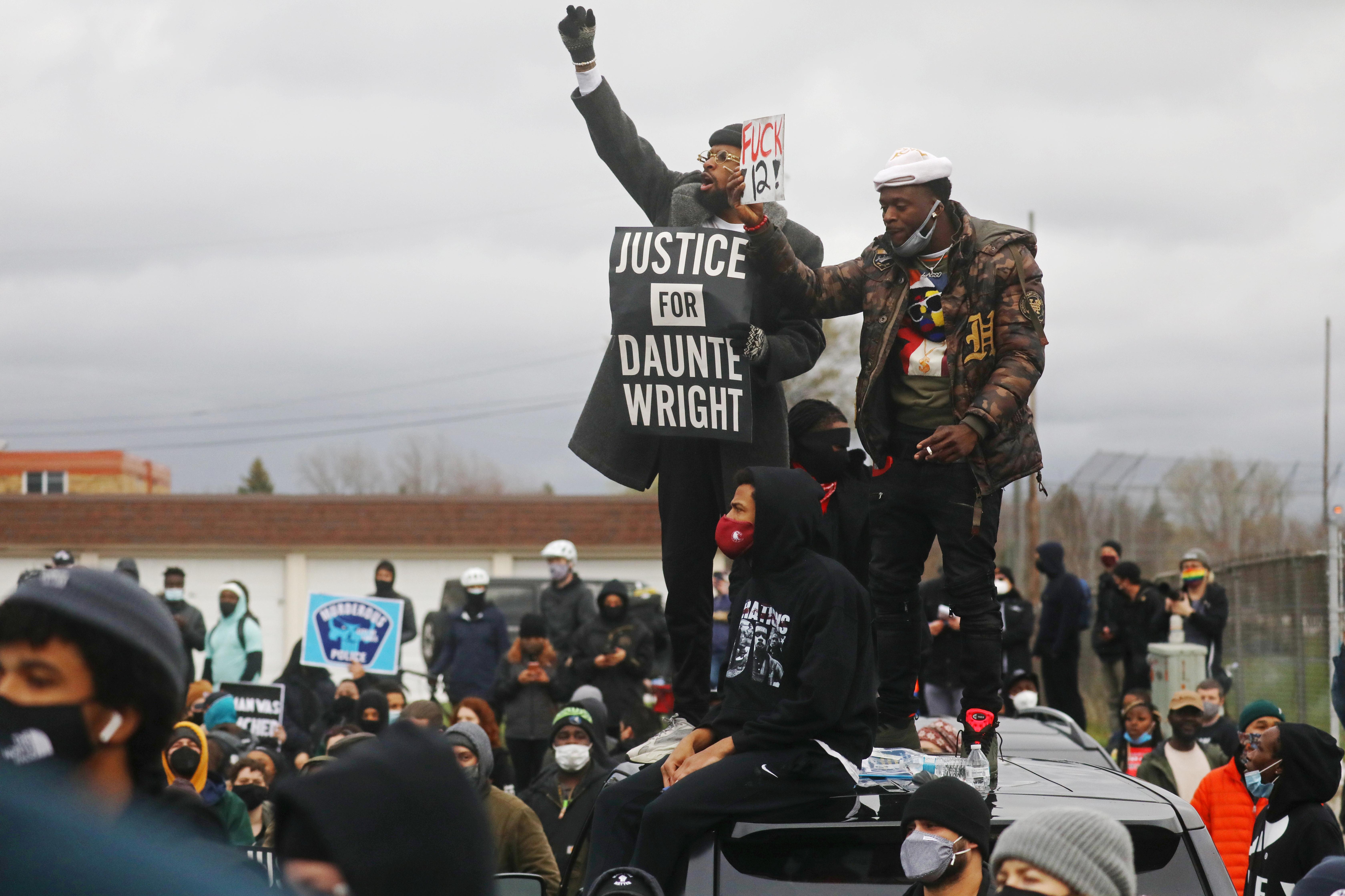 Varias personas protestan en Minneapolis por la muerte de Dante Wright.