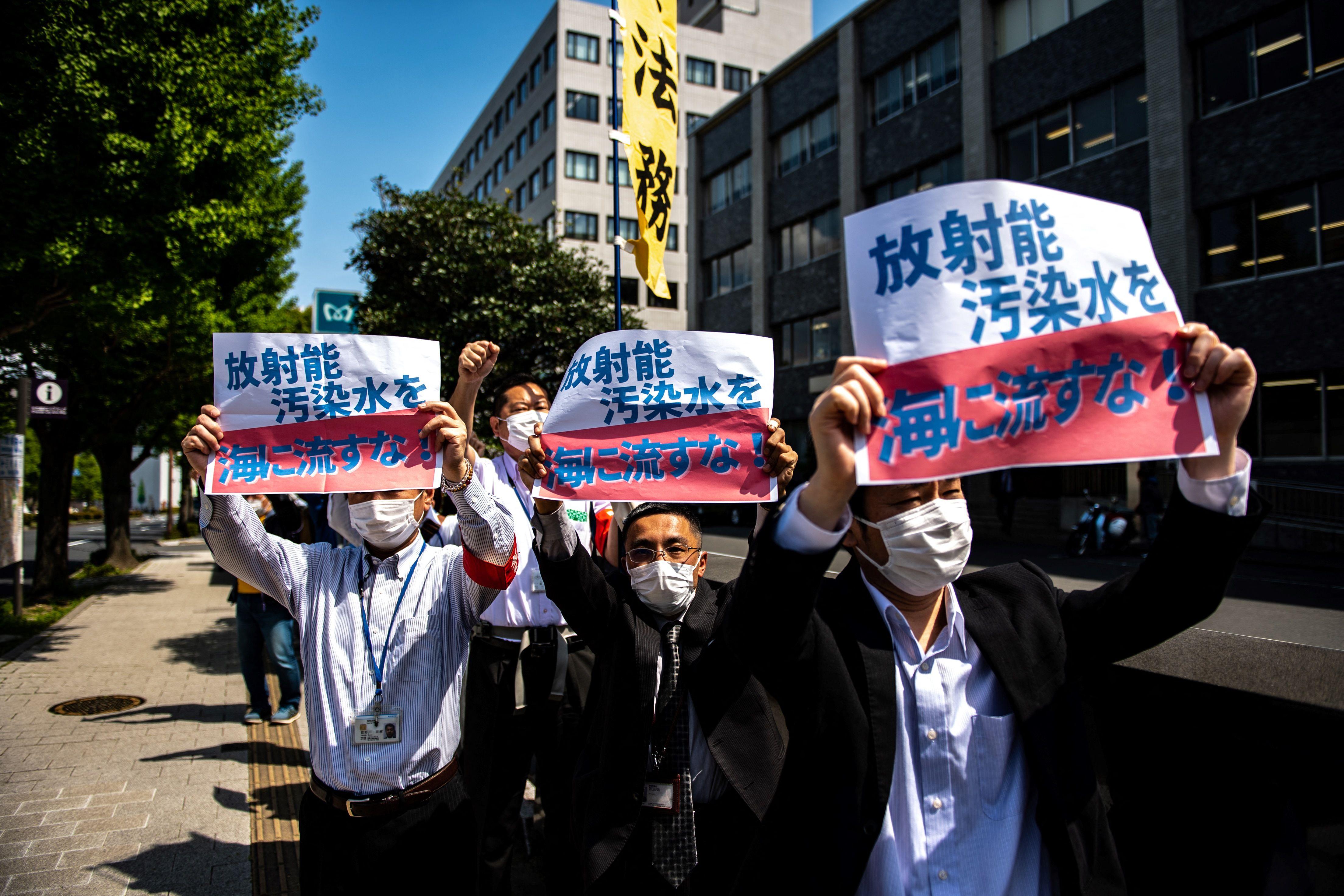 Activistas protestan por la decisión del Gobierno japonés de verter al mar el agua tratada de Fukushima.