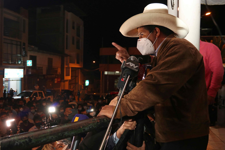 Pedro Castillo, del partido Perú Libre, se dirige a sus seguidores en la plaza de armas de Tacabamba, en el departamento de Cajamarca (Perú).