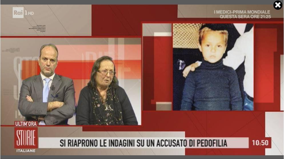 La madre de Mauro Romano y su abogado, junto a una imagen de su hijo en el momento de su desaparición, en 1977.