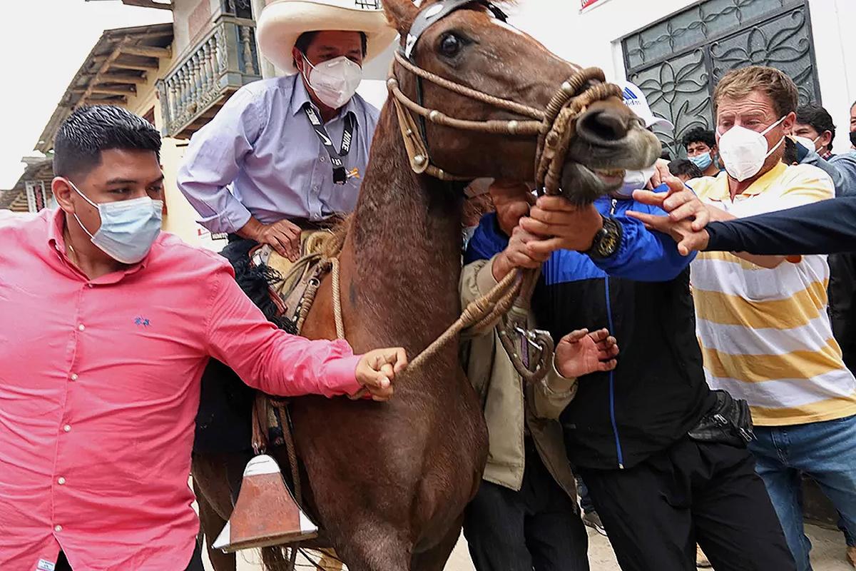 Castillo, a lomos de su yegua haciendo campaña.