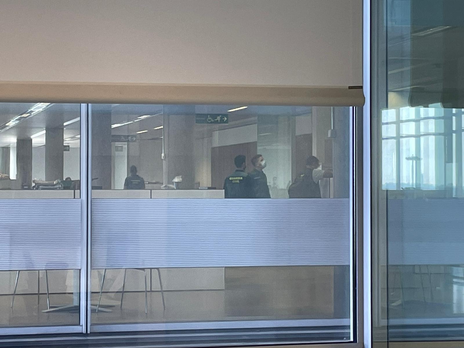La Guardia Civil registra la sede central de Abengoa en Sevilla.