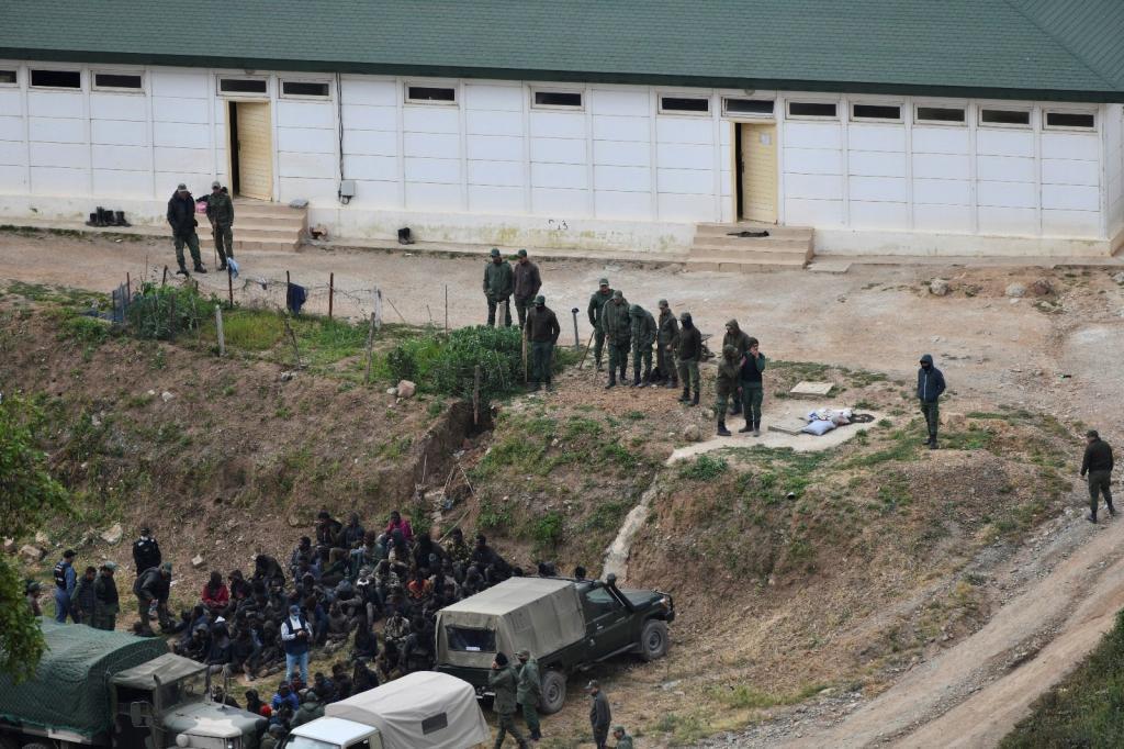 El grupo de inmigrantes que ha tratado de saltar la valla, vigilado por las fuerzas marroquíes.